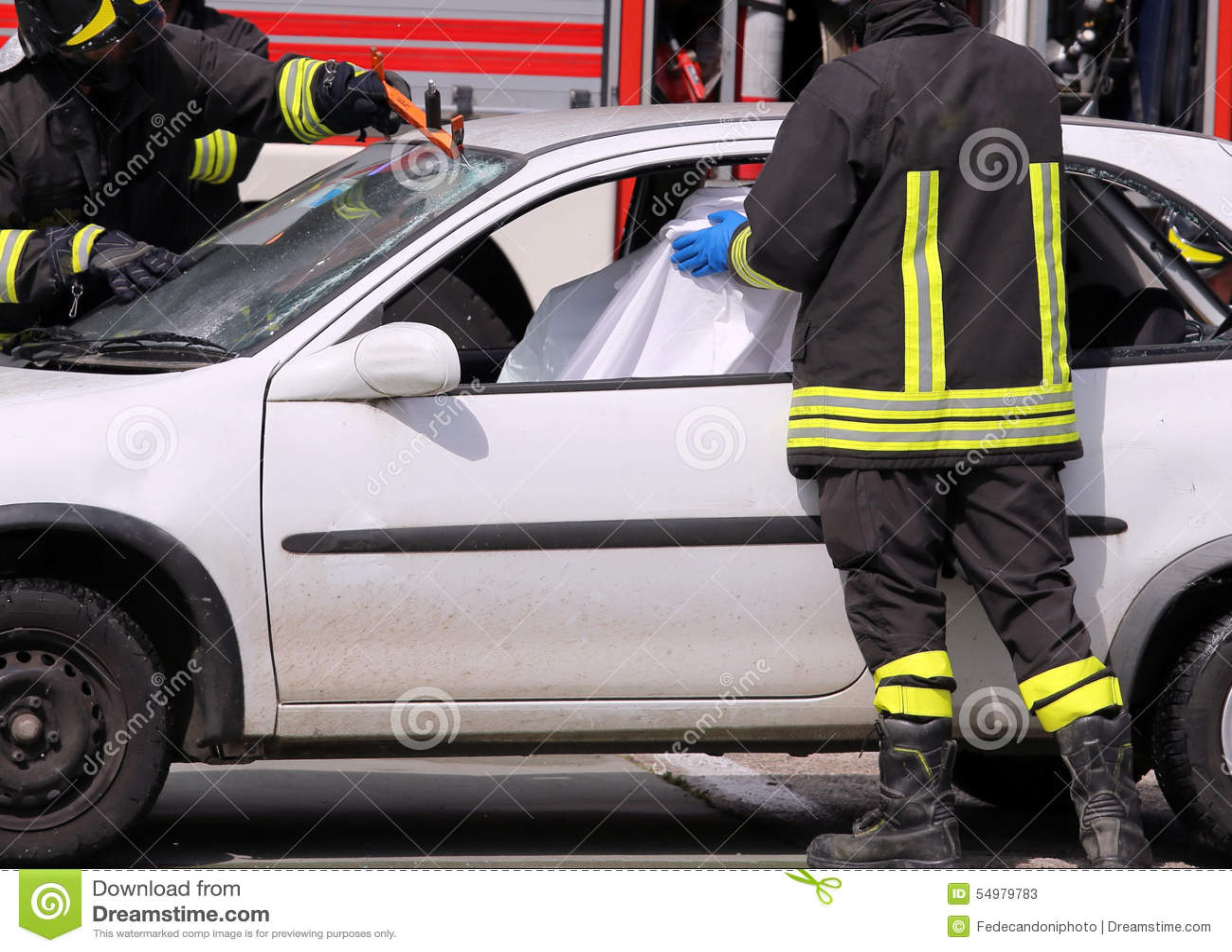 Strażacy po wypadku drogowego