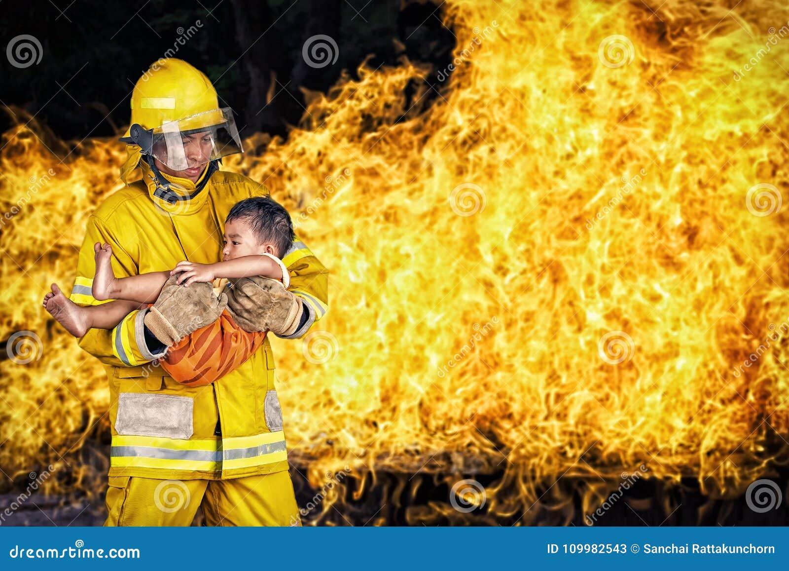 Strażak , ratowniczy palacza save dziecko od pożarniczego incydentu