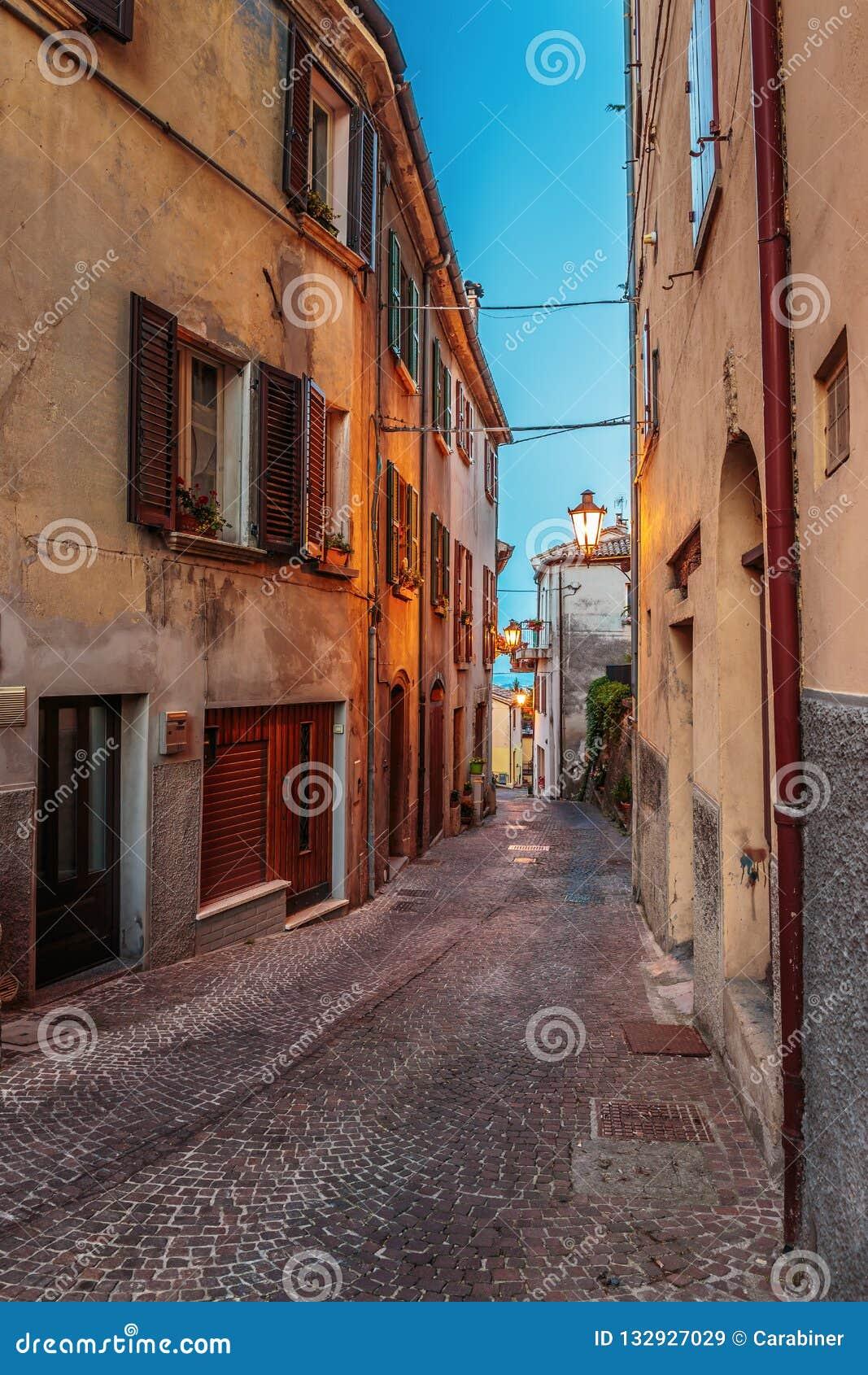Straat in de oude stad bij nacht in Italië