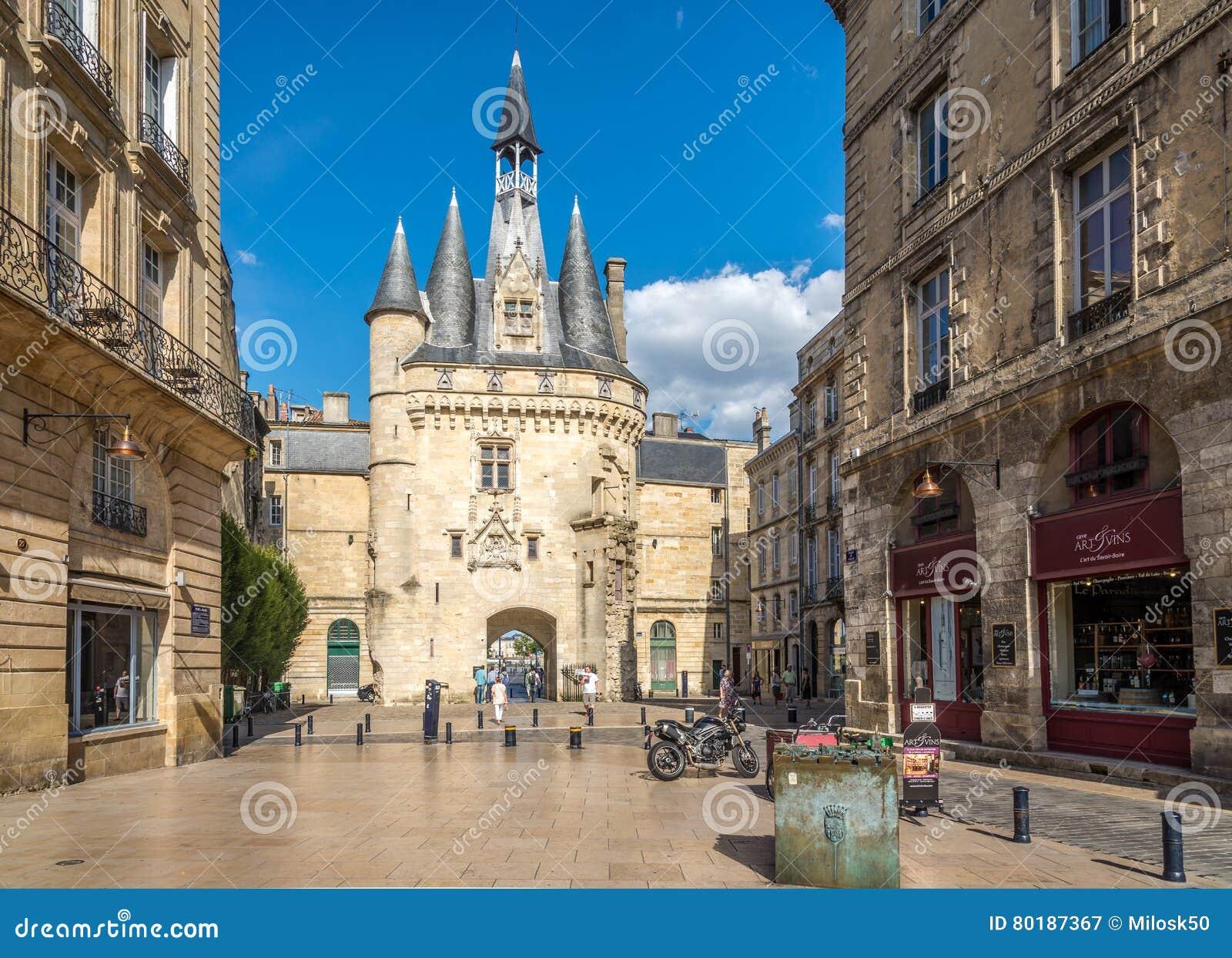 Straat dichtbij Poort Cailhau - Porte Cailhau in Bordeaux - Frankrijk