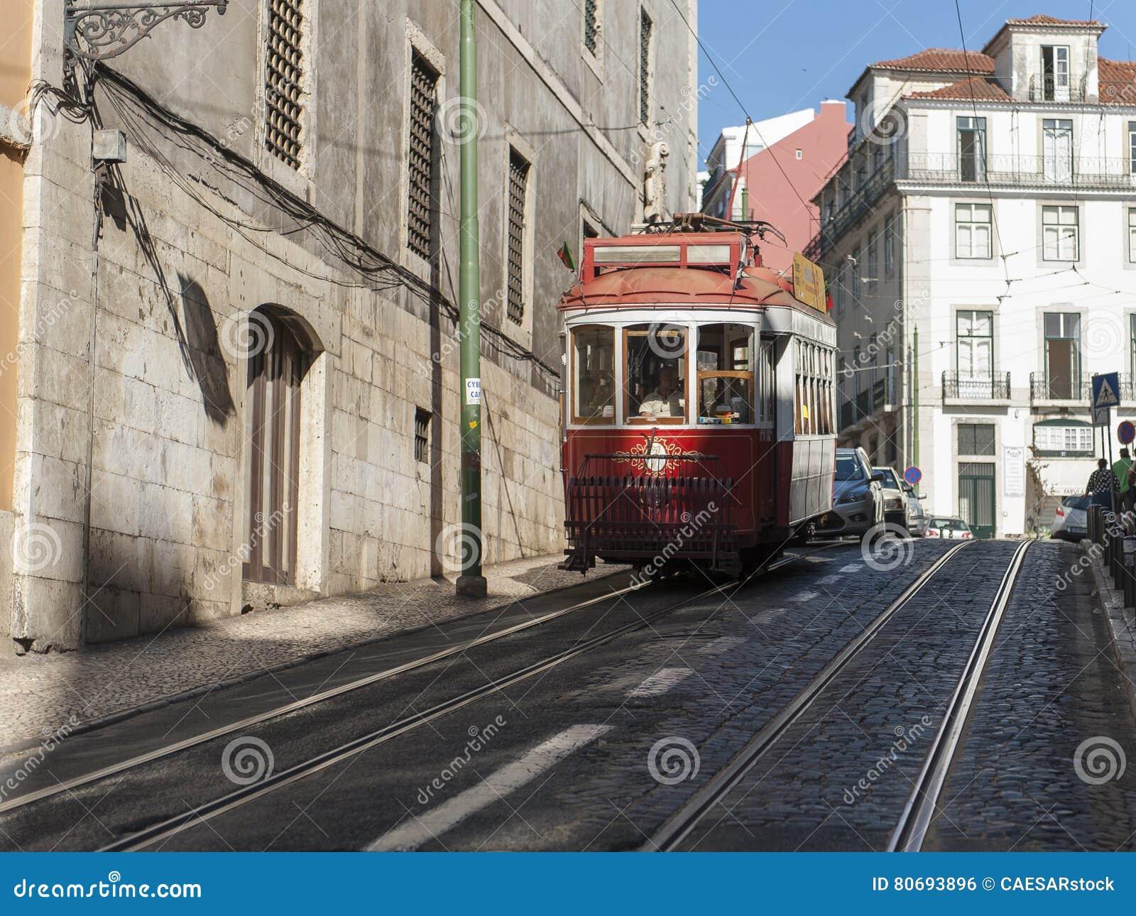 Straat in Lissabon met tramauto het overgaan
