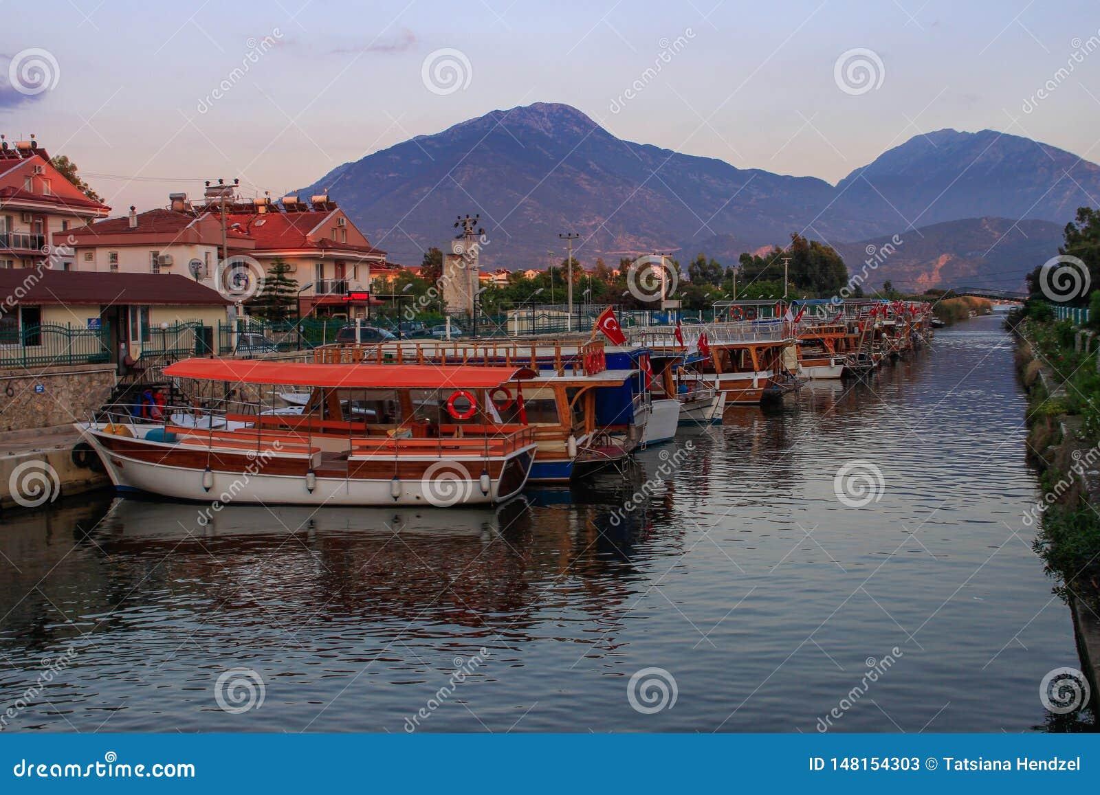 Straat met boten met de Turkse vlag in het kanaal bij zonsondergang