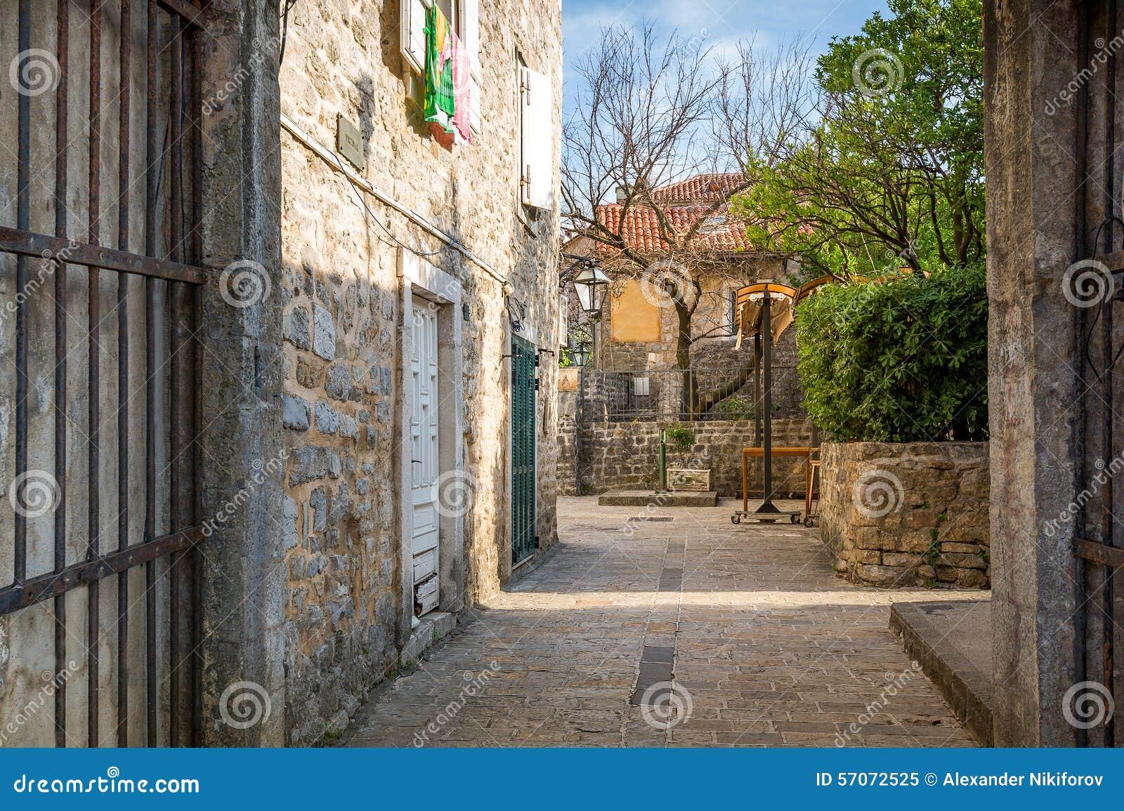 Straat van de historische oude stad van Budva