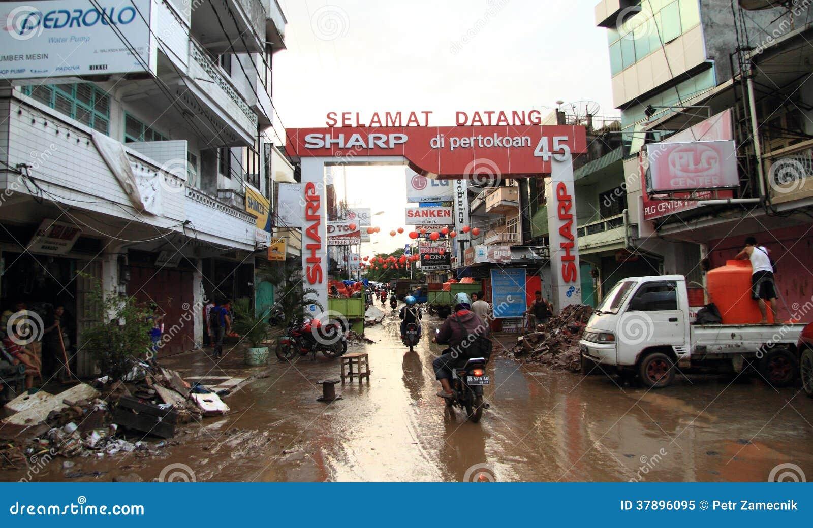 Straat van Manado na vloed