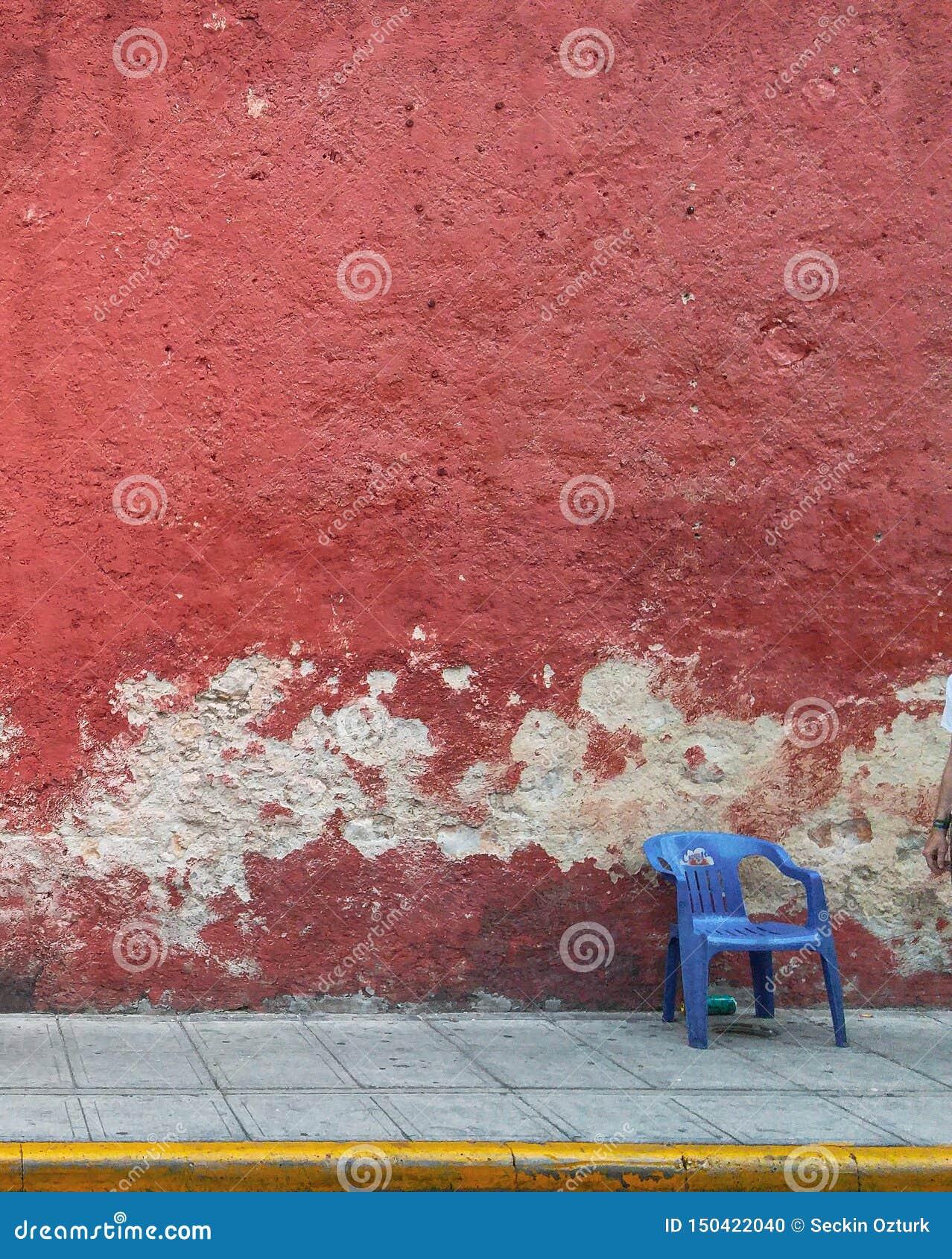 Straat van Merida met rode muur in Yucatan