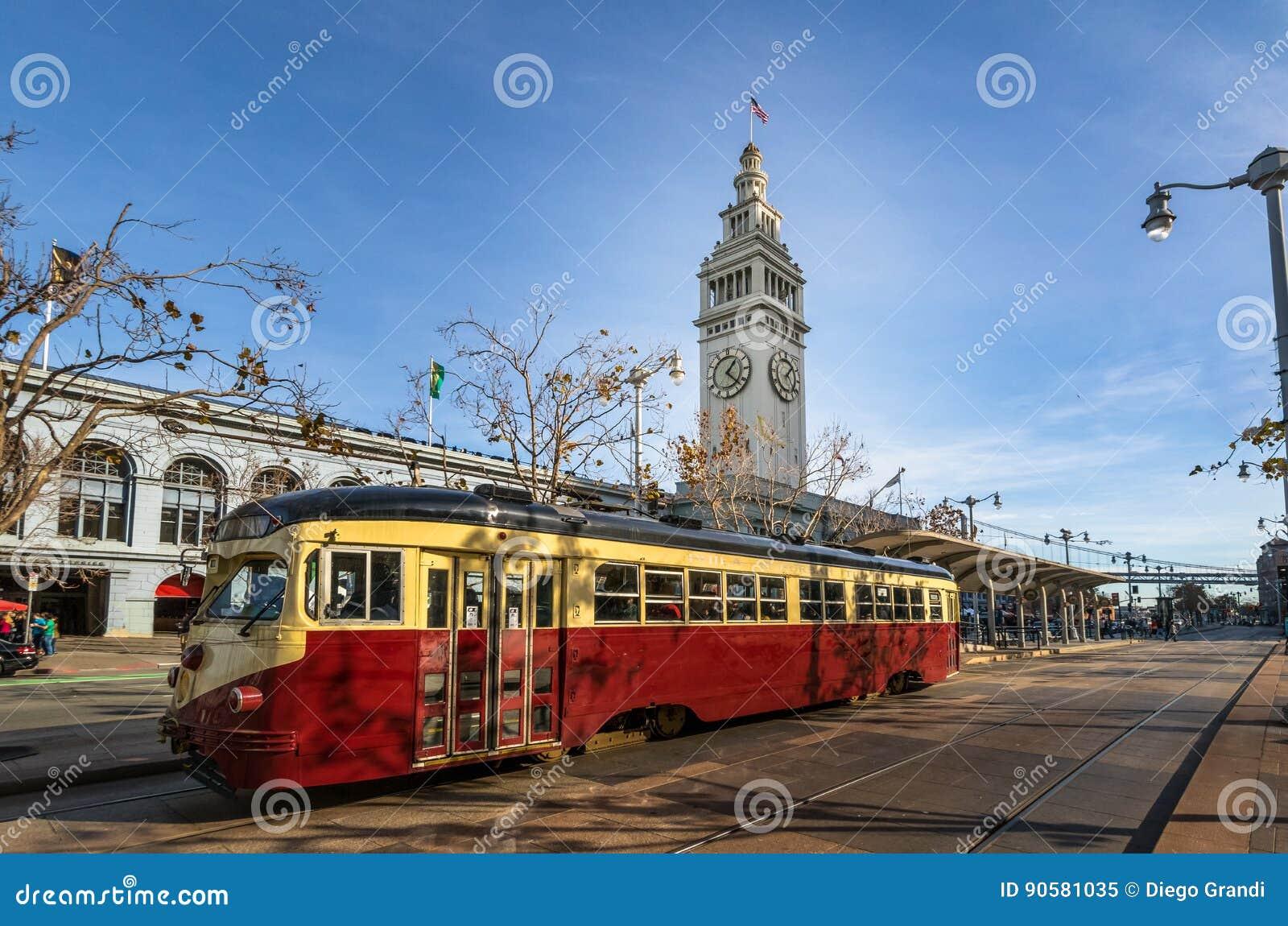 Straatauto of trollley of munitram voor San Francisco Ferry Building in Embarcadero - San Francisco, Californië, de V.S.