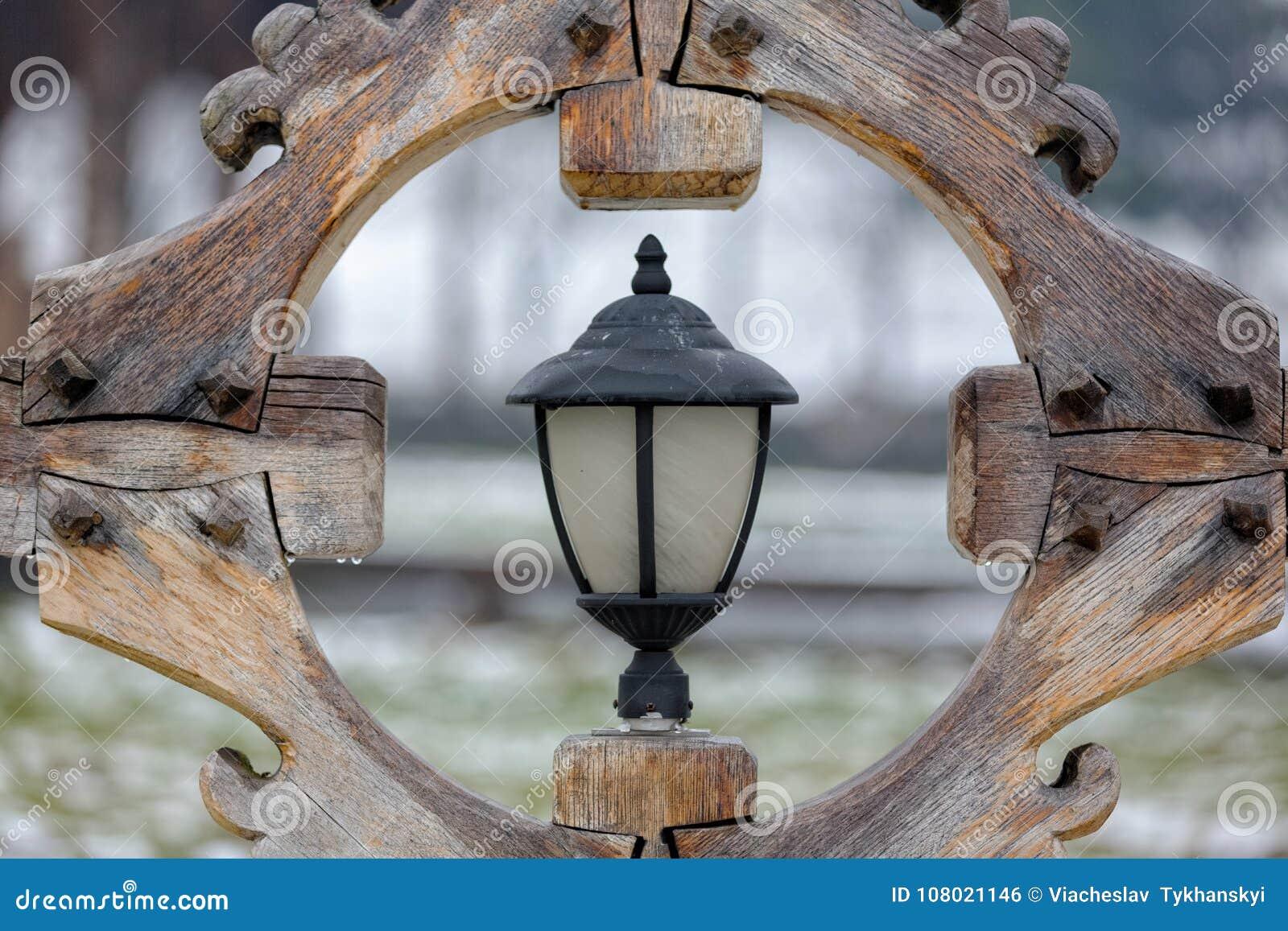 Straatlantaarn in een houten kader