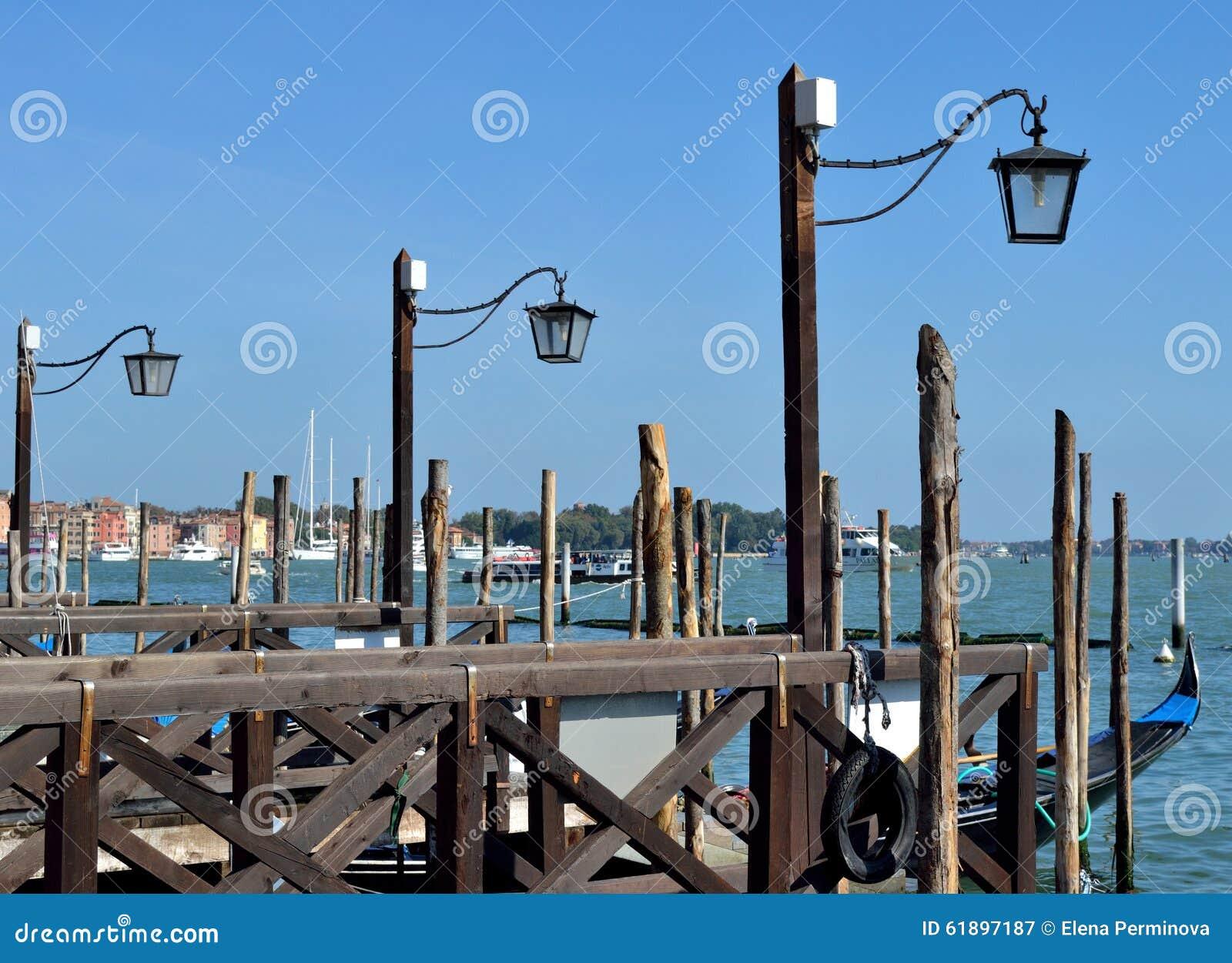 Straatlantaarns op het dok voor gondels in Venetië, Italië
