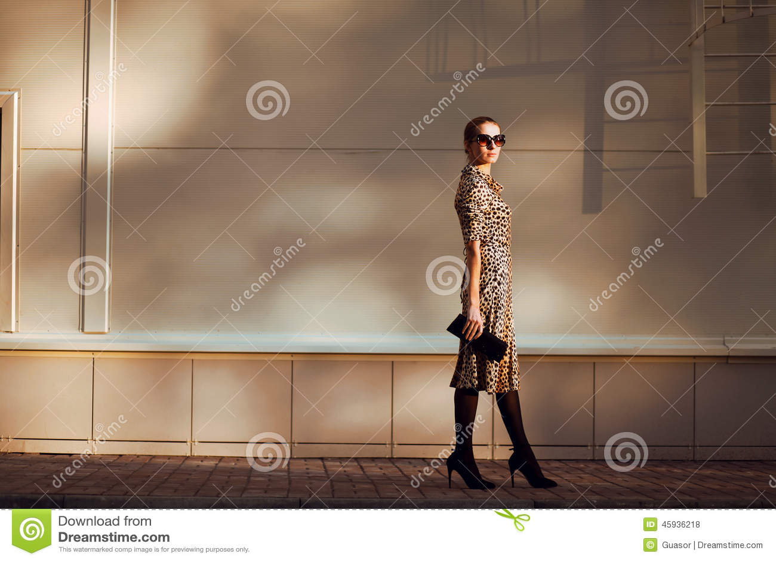 Straatmanier, vrij elegant vrouwenmodel in luipaardkleding