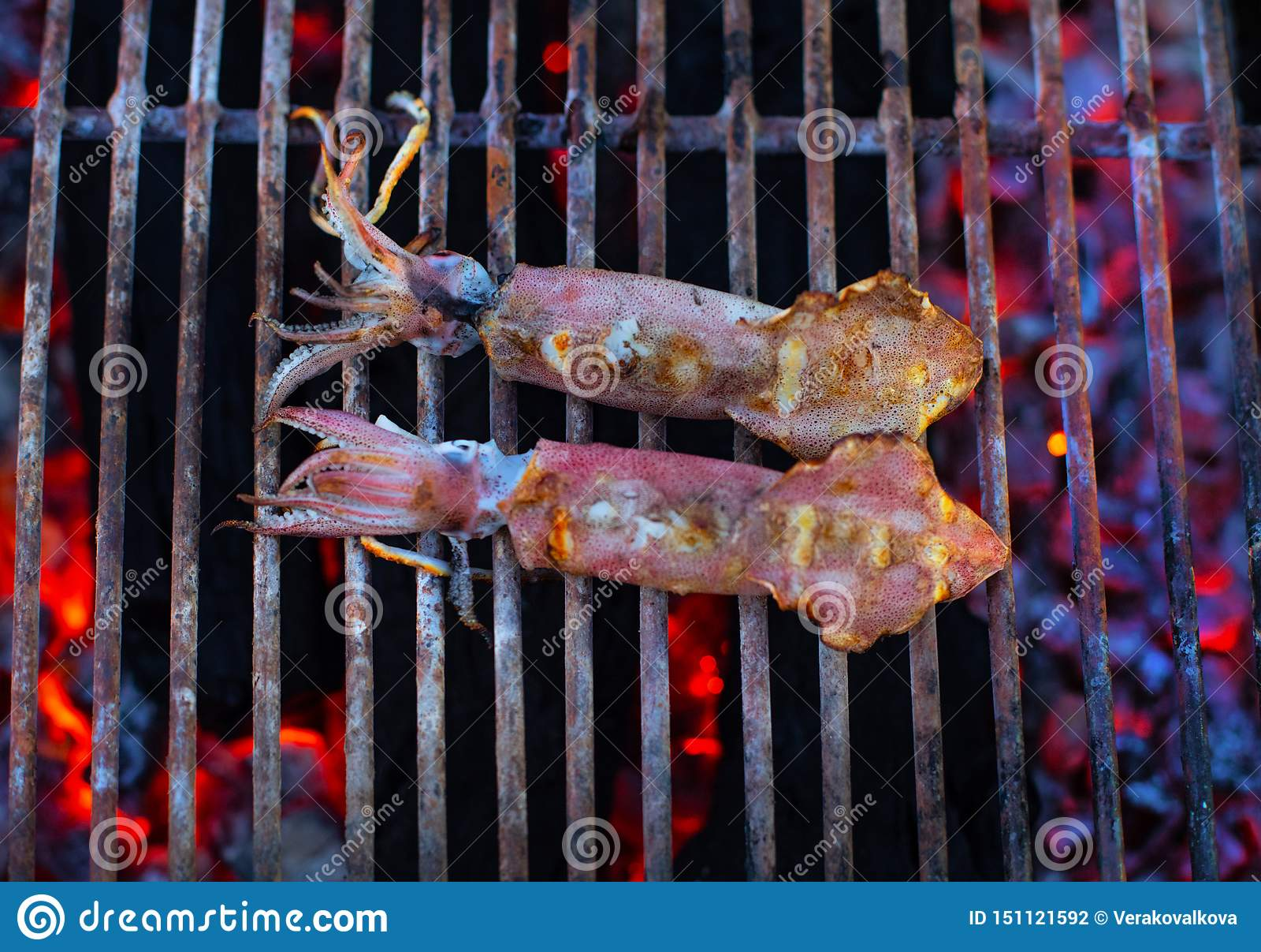 Straatmarkt met Vietnamese voedsel en cousine Exotisch Aziatisch voedsel Zeevruchtenbbq
