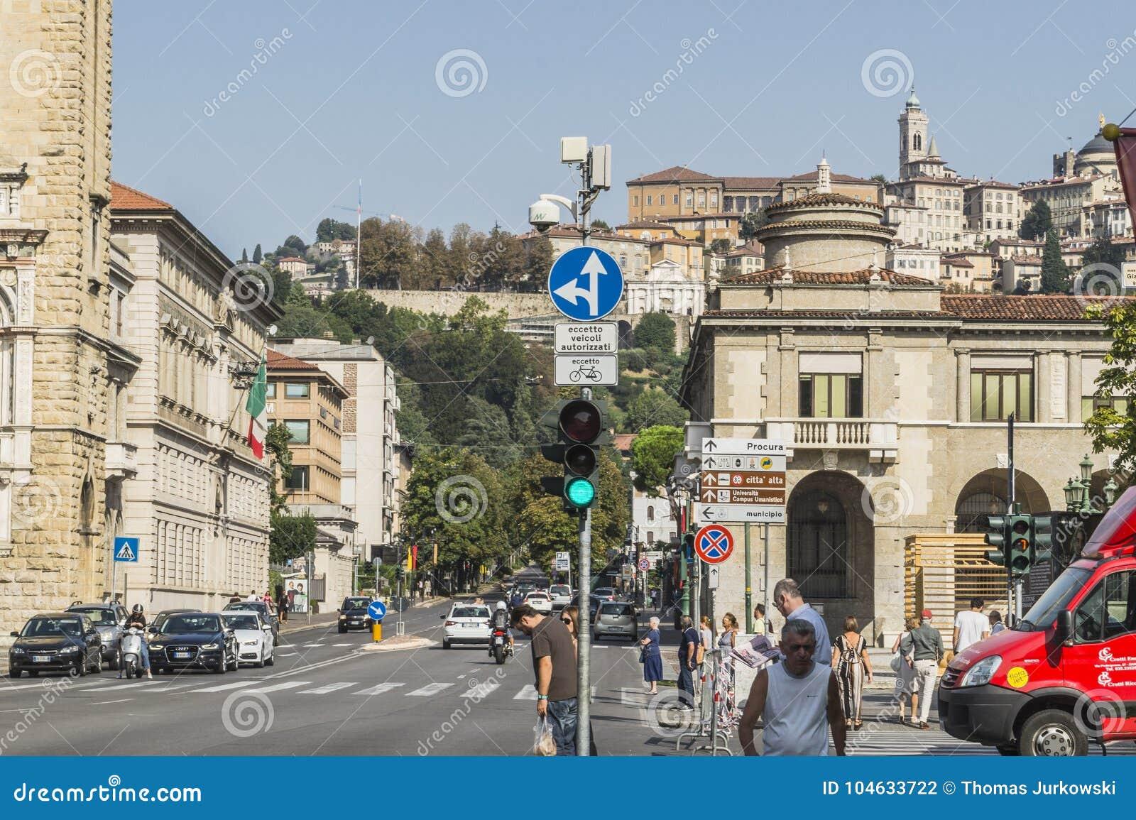 Download Straatmening, Bergamo, Italië Redactionele Fotografie - Afbeelding bestaande uit sightseeing, stad: 104633722
