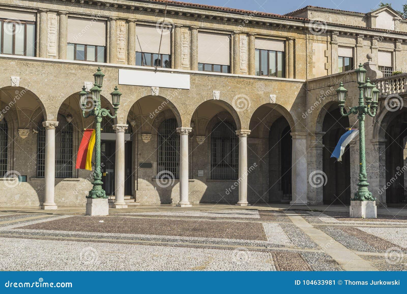 Download Straatmening, Bergamo, Italië Stock Afbeelding - Afbeelding bestaande uit building, landschap: 104633981