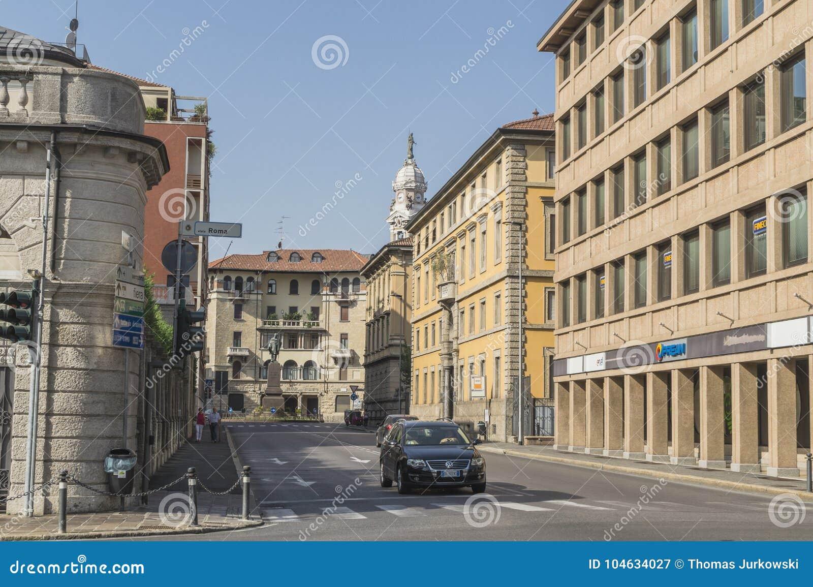 Download Straatmening, Bergamo, Italië Redactionele Fotografie - Afbeelding bestaande uit auto, klok: 104634027