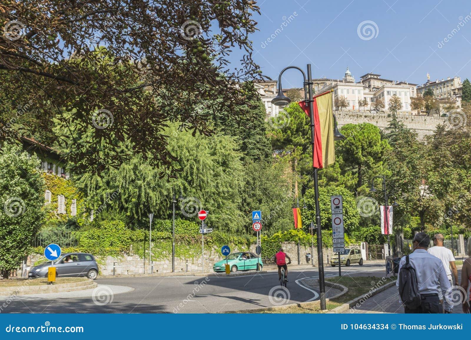 Download Straatmening, Bergamo, Italië Redactionele Stock Afbeelding - Afbeelding bestaande uit erfenis, italiaans: 104634334