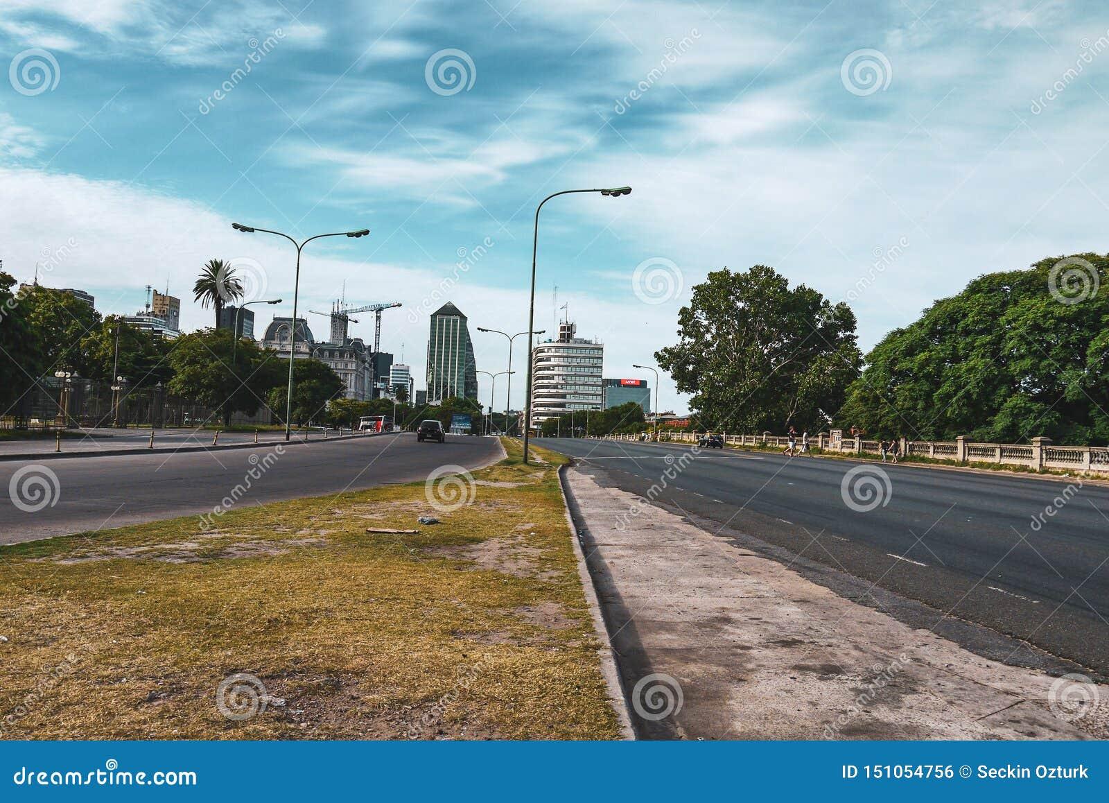 Straatmening en bewolkte hemel in Buenos aires