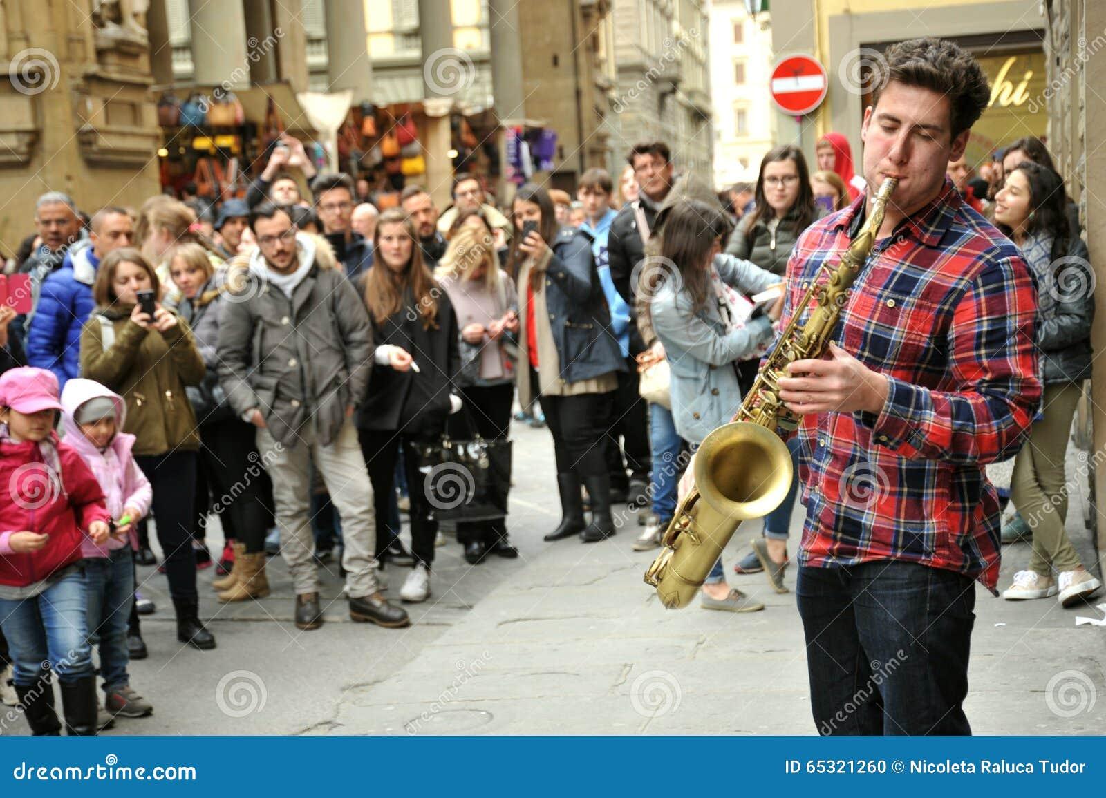 Straatmusicus die de saxofoon in Florence, Italië spelen