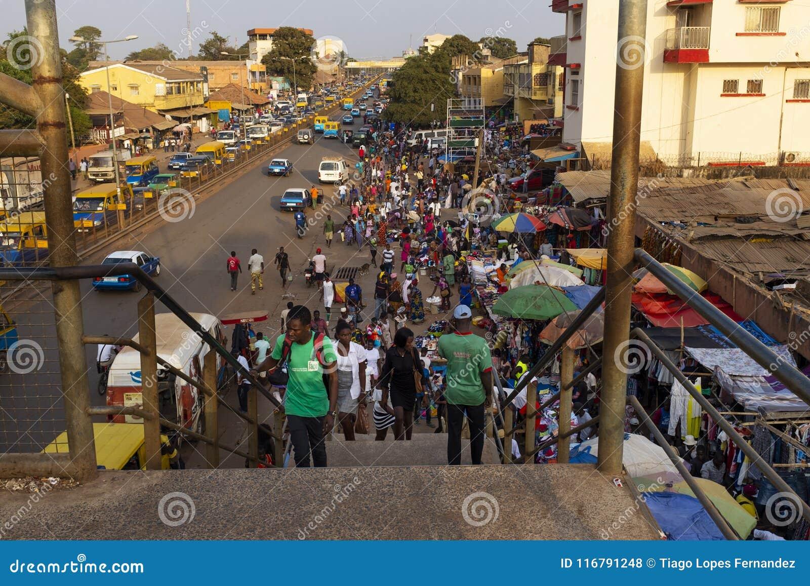 Straatscène in de stad van Bissau met mensen bij de Bandim-Markt, in Guinea-Bissau, West-Afrika
