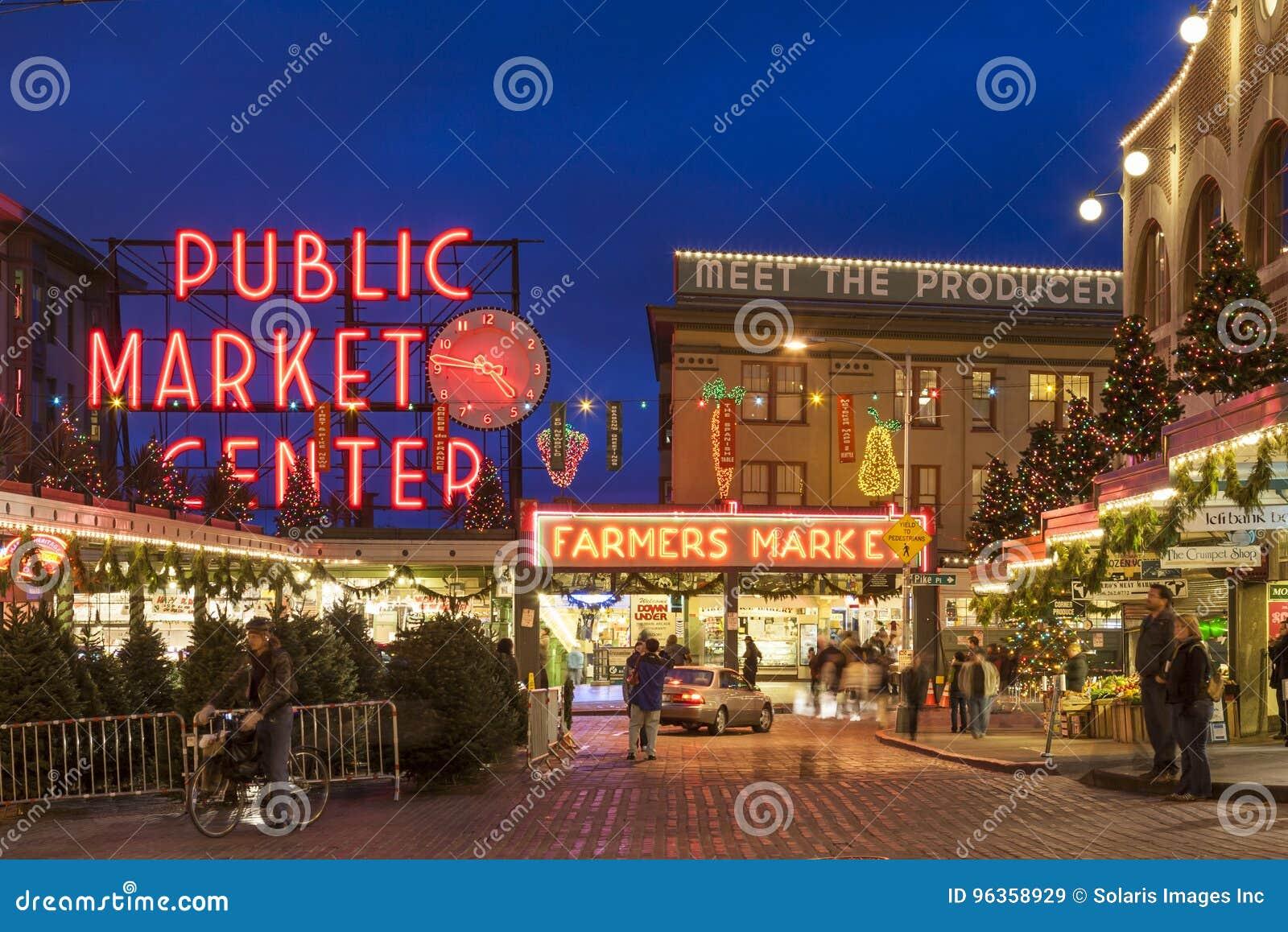 Straatscène van de Markt van de Snoekenplaats bij Kerstmis met toeristen en vakantiedecoratie, Seattle, Washington, Verenigde Sta