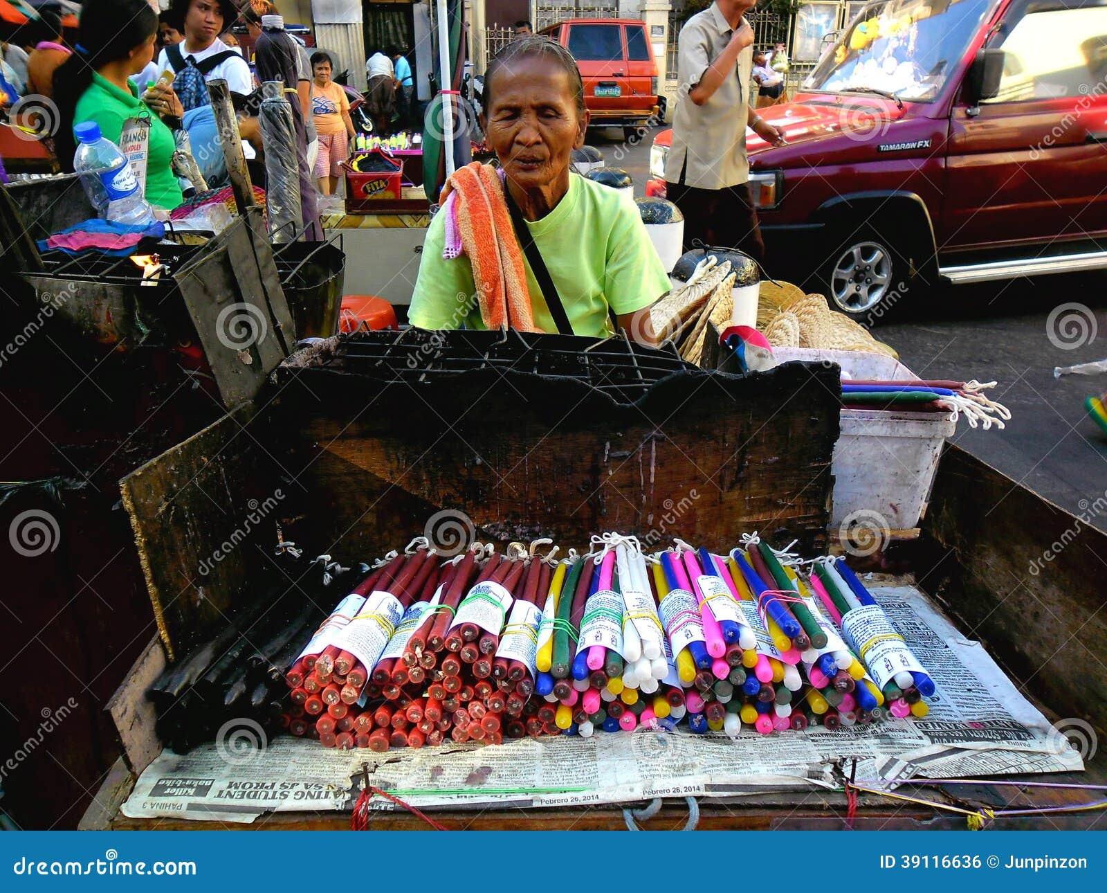 Straatventer verkopende kaarsen