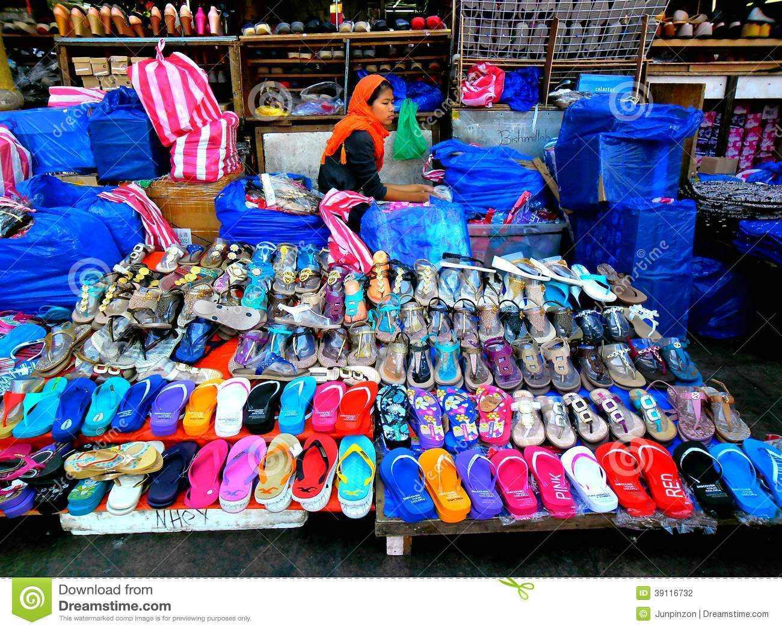 Straatventer verkopende pantoffels