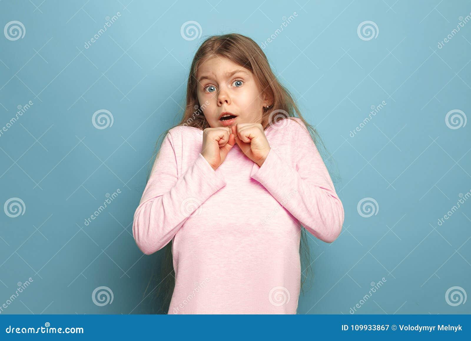 Strach Nastoletnia dziewczyna na błękitnym tle Wyrazy twarzy i ludzie emoci pojęcia