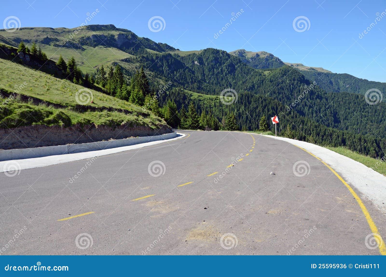 Strada asfaltata della montagna