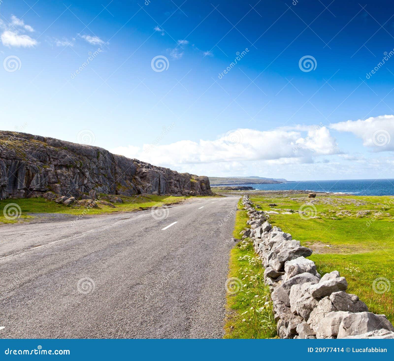 Strada dall oceano in Irlanda