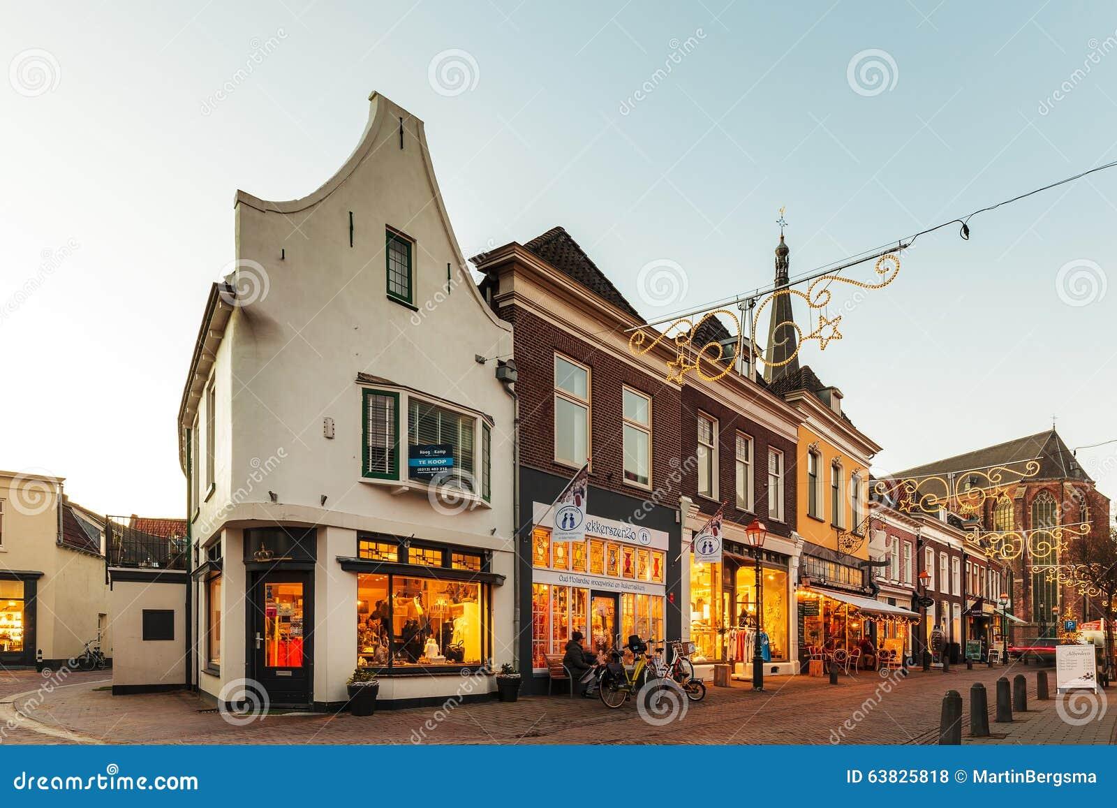 Strada dei negozi con la decorazione di natale nella citt for Architettura olandese