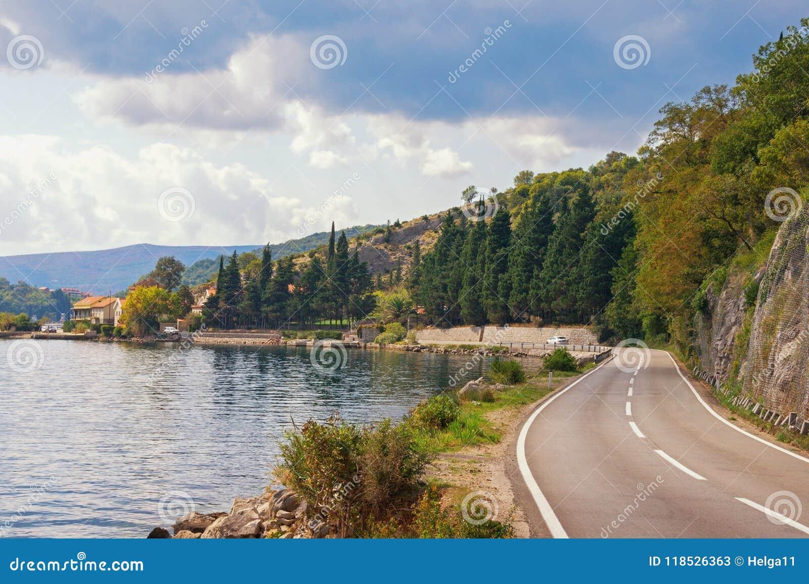 Strada di autunno lungo il mare Il Montenegro, baia del mare adriatico di Cattaro