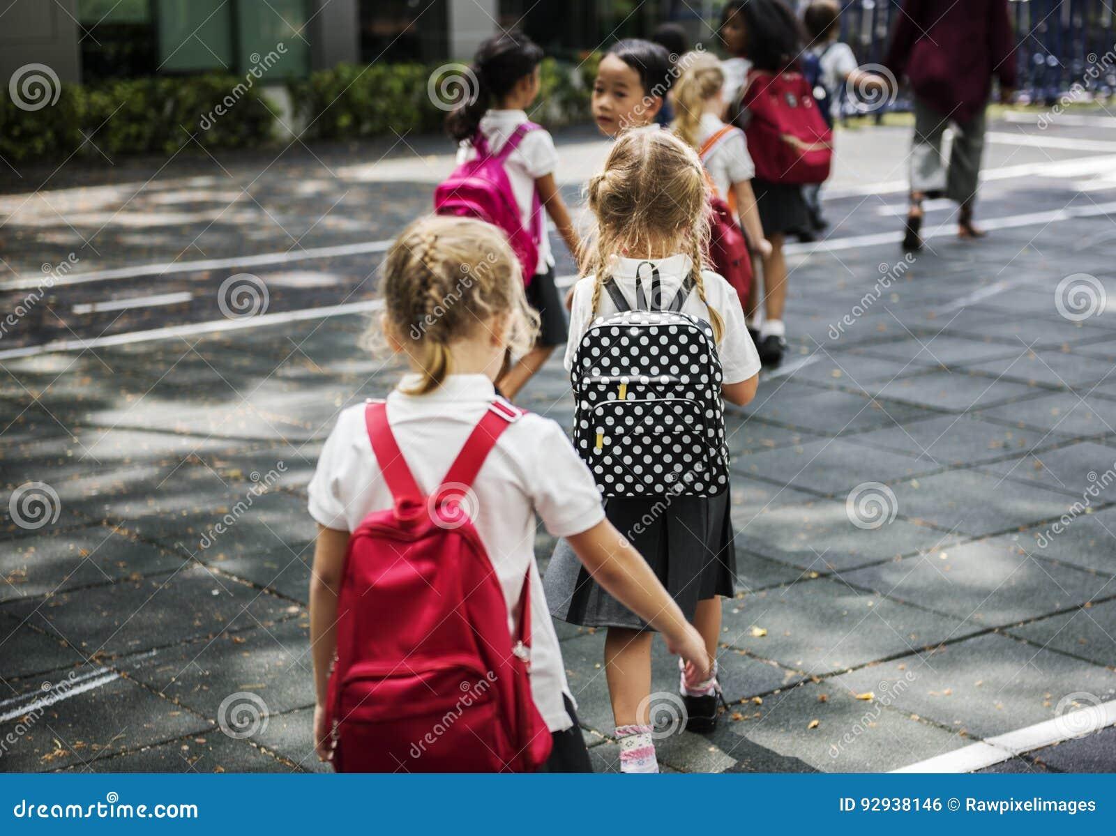 Strada di camminata della scuola dell incrocio degli studenti di asilo