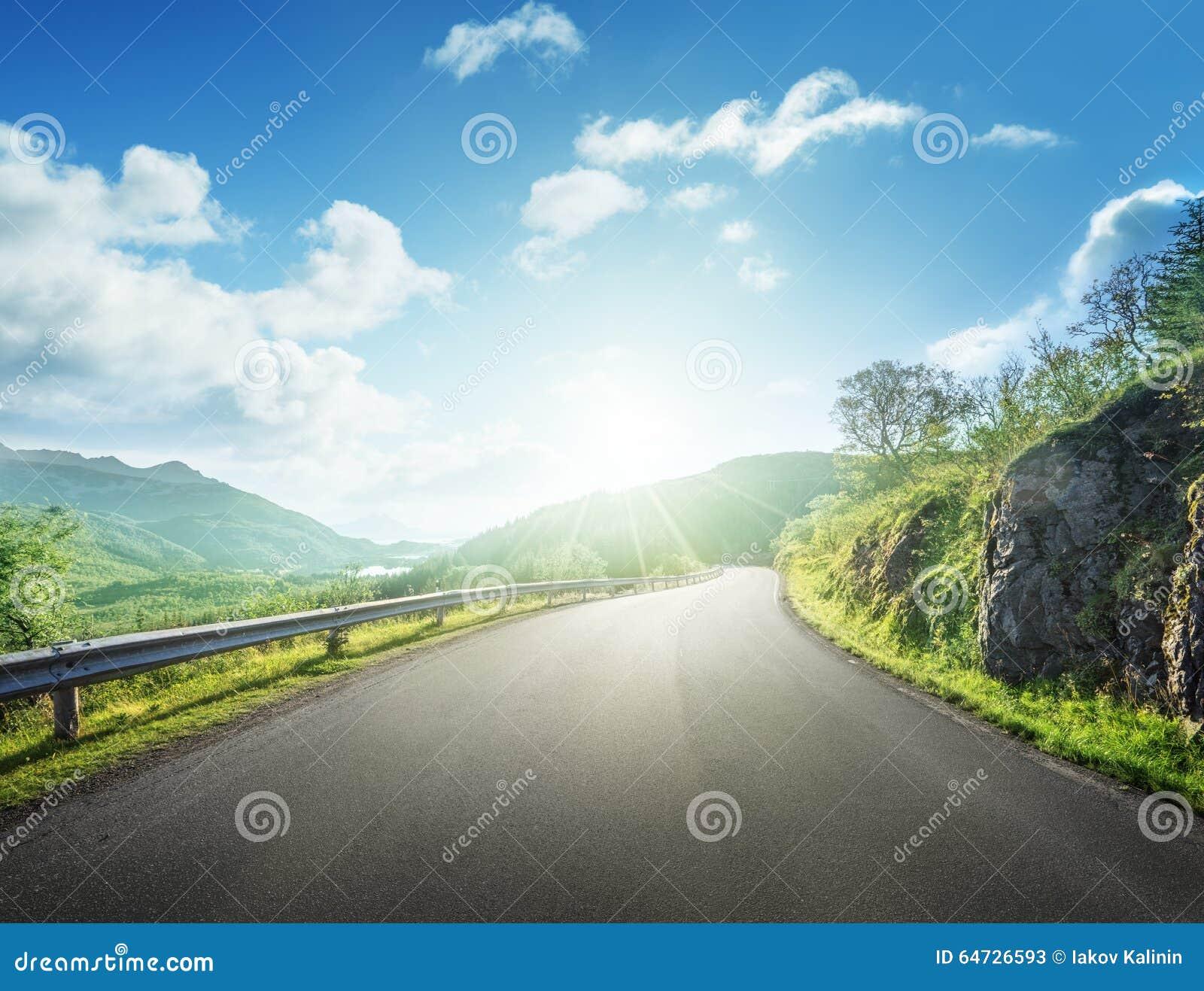 Strada di estate in montagna, isole di Lofoten