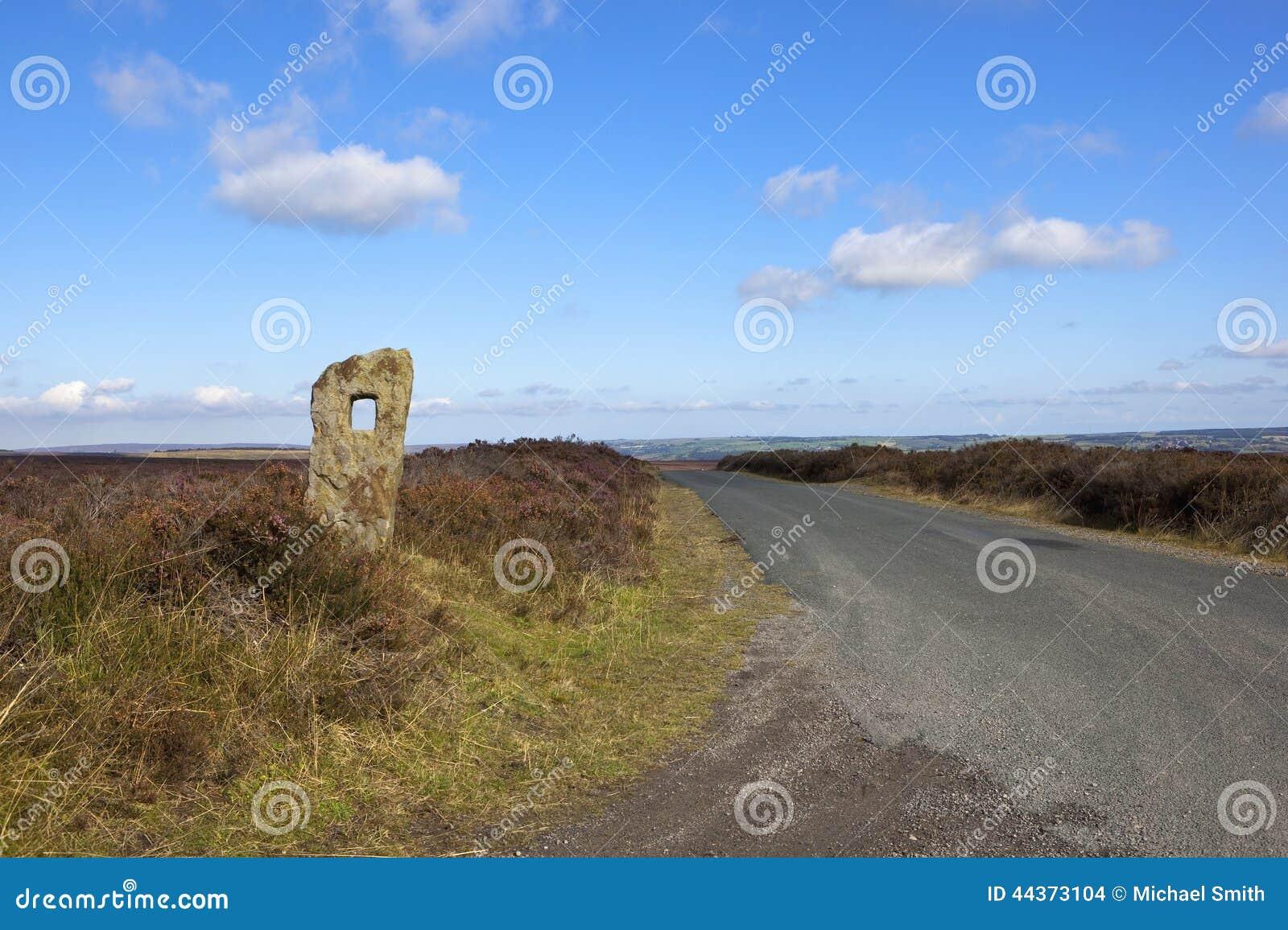 Strada di Moorland con il monolito
