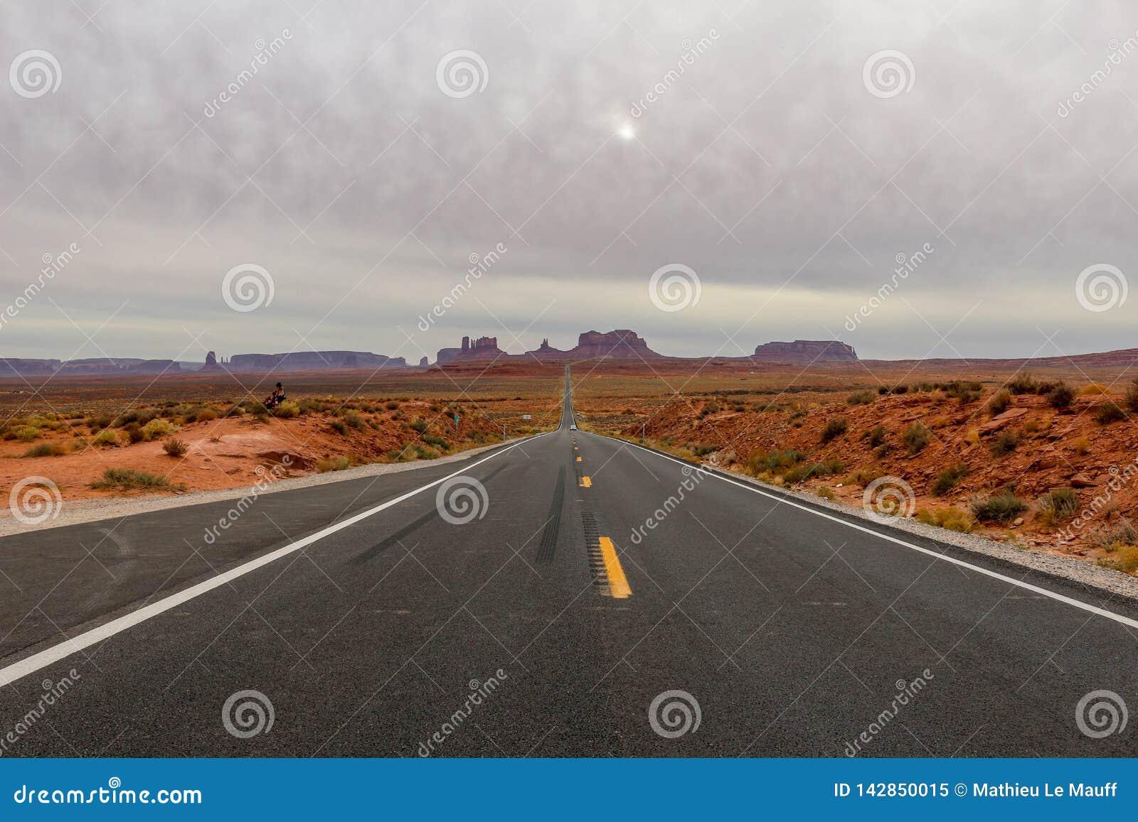 Strada diritta vuota che conduce alla valle del monumento, Utah conosciuto come Forrest Gump Point