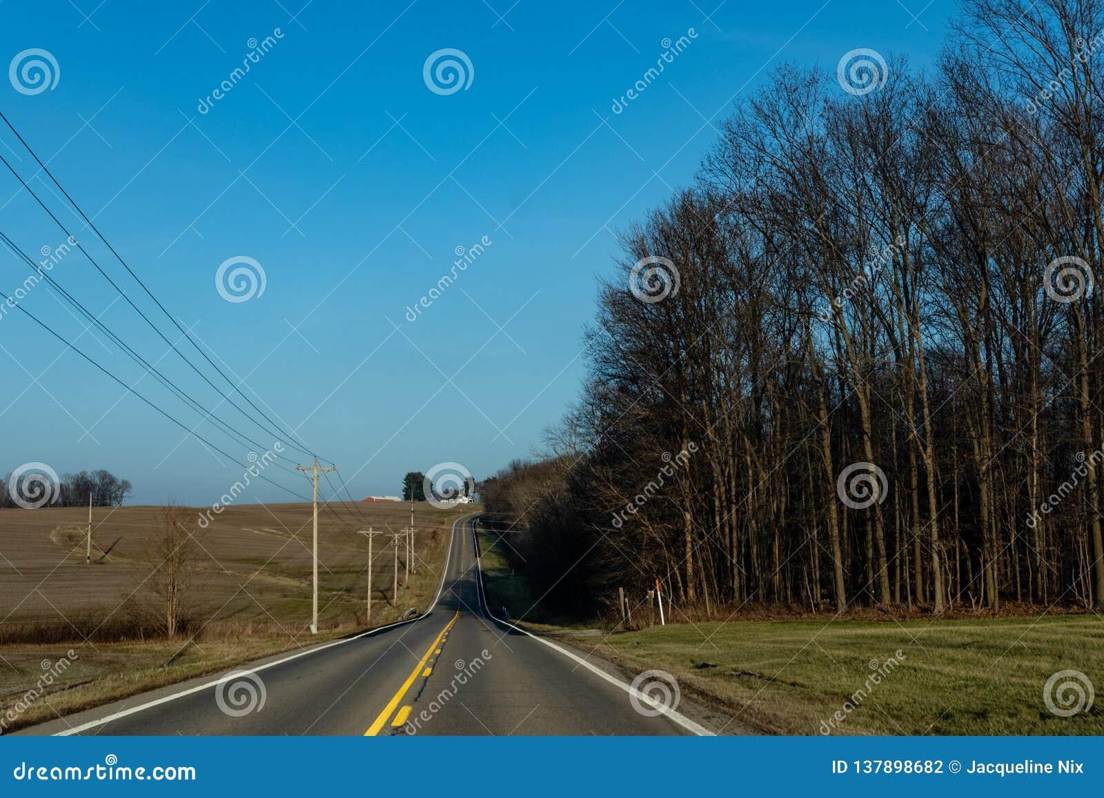 Strada a due corsie attraverso l Ohio rurale