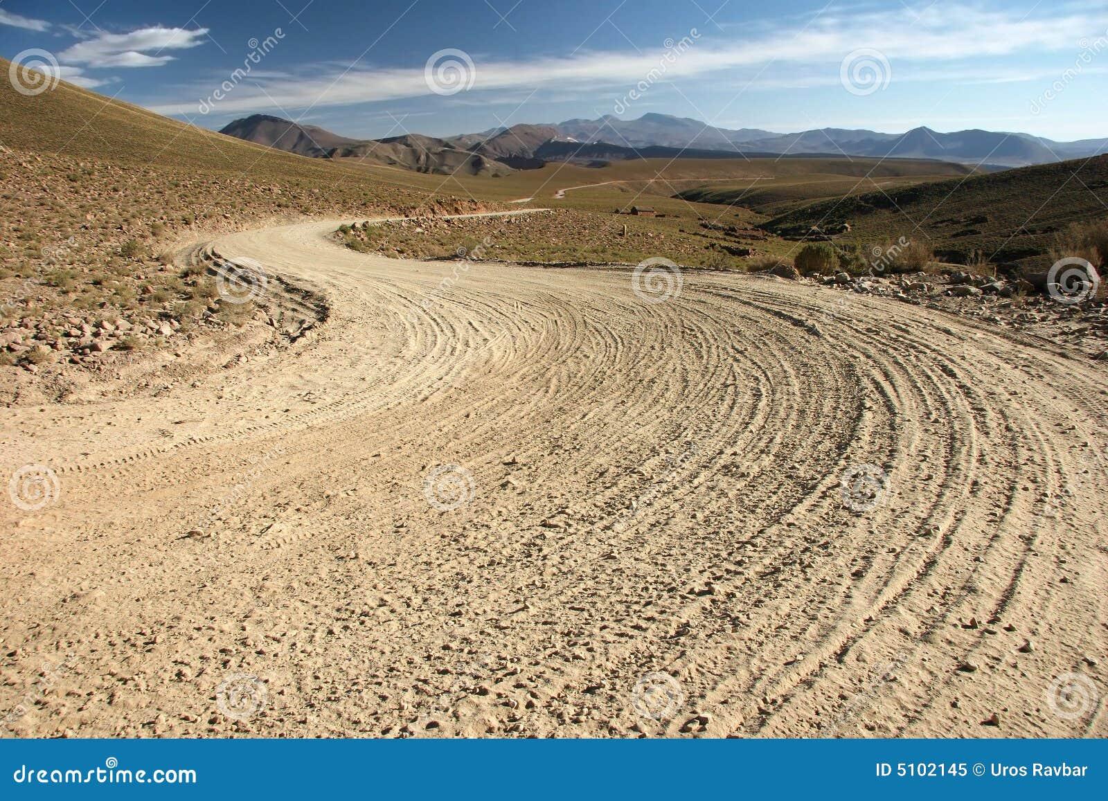 Strada non asfaltata boliviana del paese