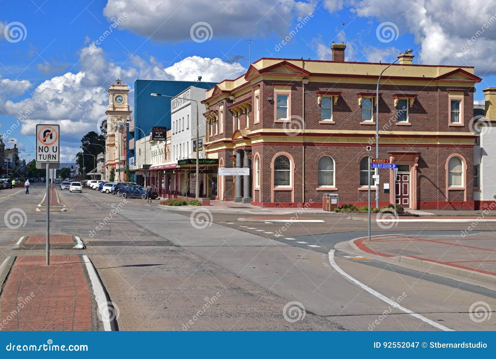 Strada principale calma della via castana dorata al centro urbano di Goulburn, Nuovo Galles del Sud, Australia