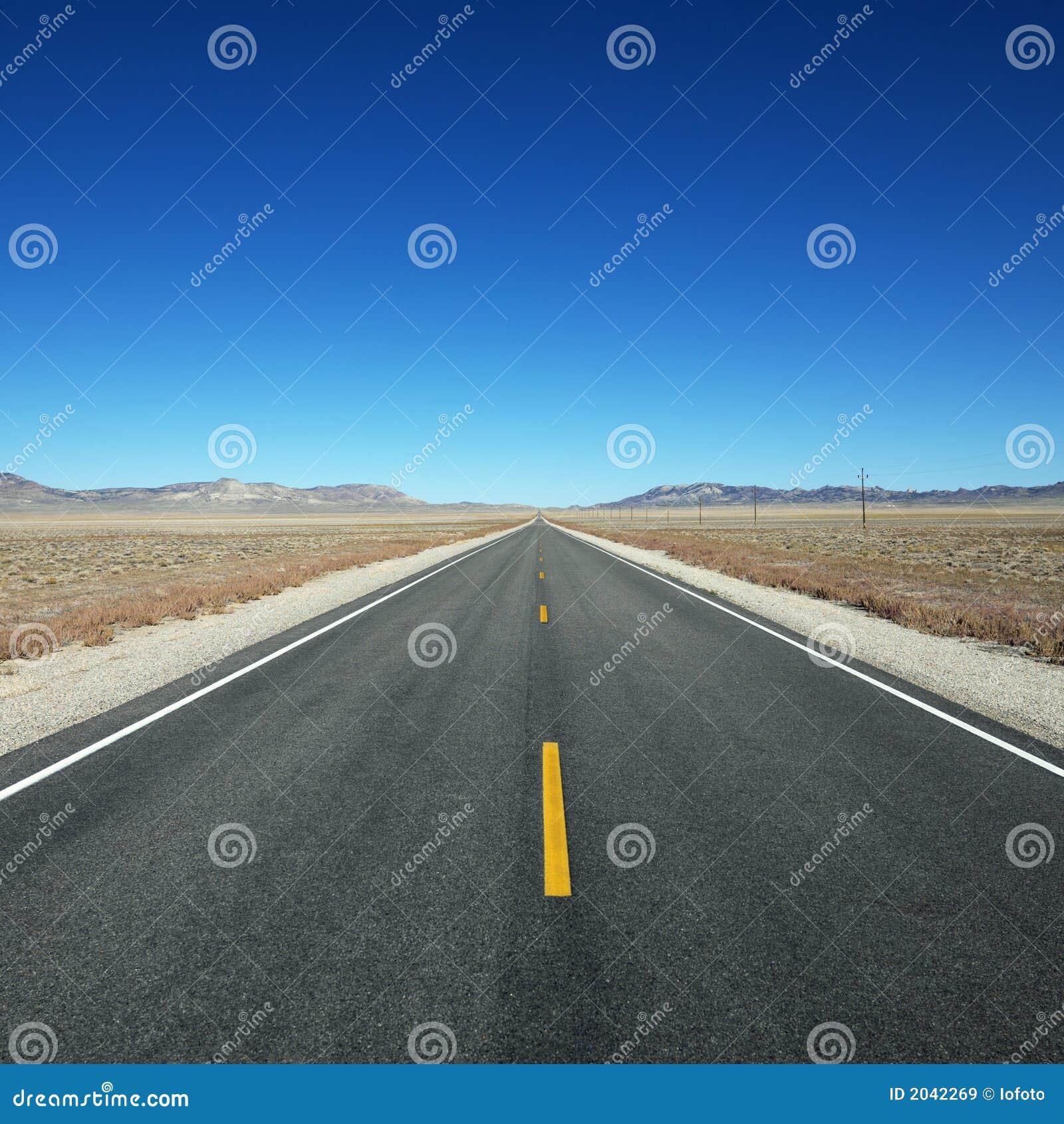Strada principale che allunga verso l orizzonte.