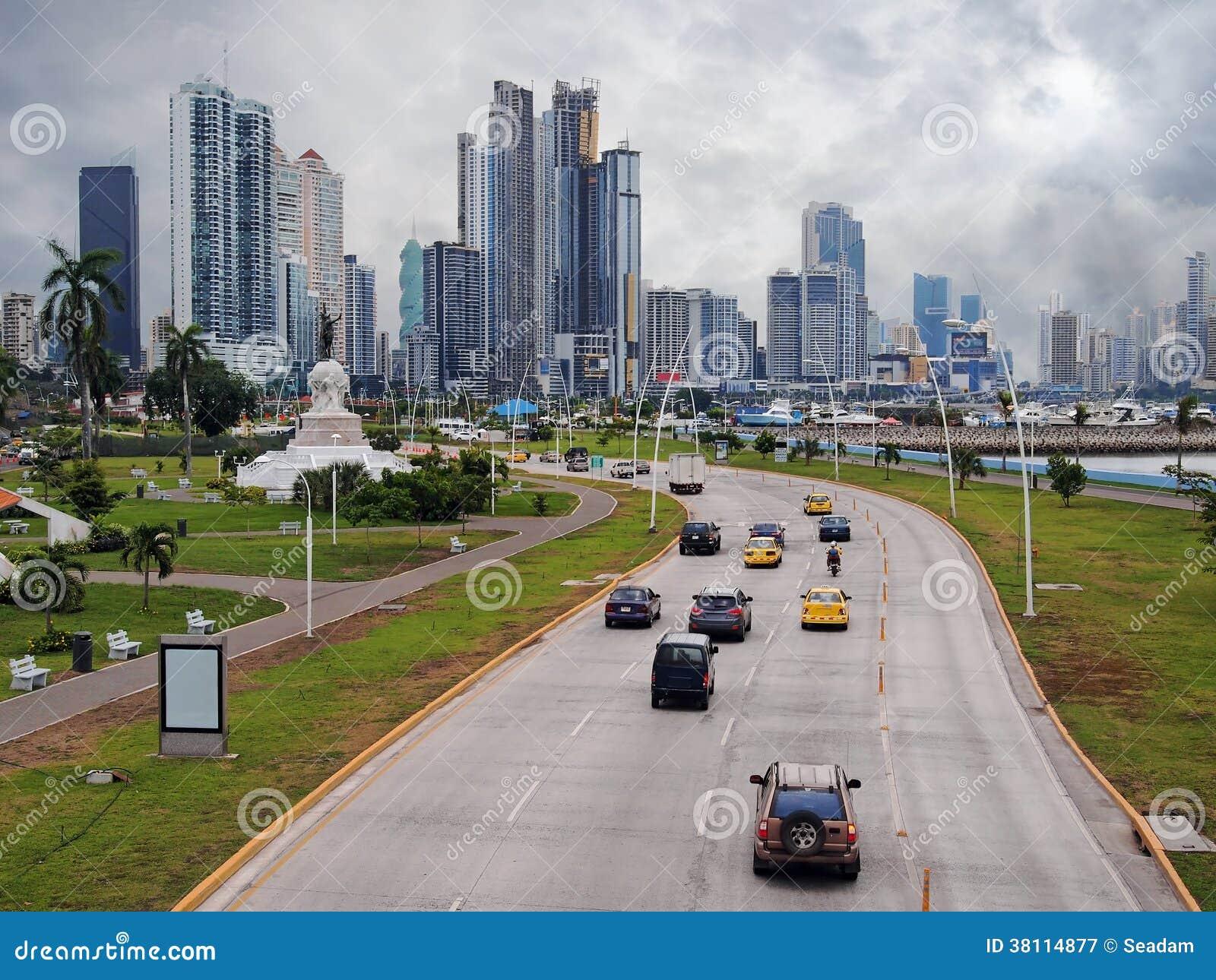 Strada principale e grattacielo in Panamá