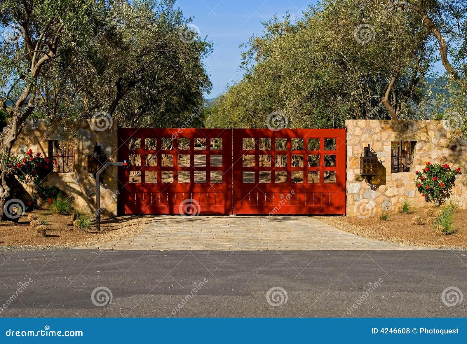 Strada privata privata con grandi cancelli rossi for Strada privata