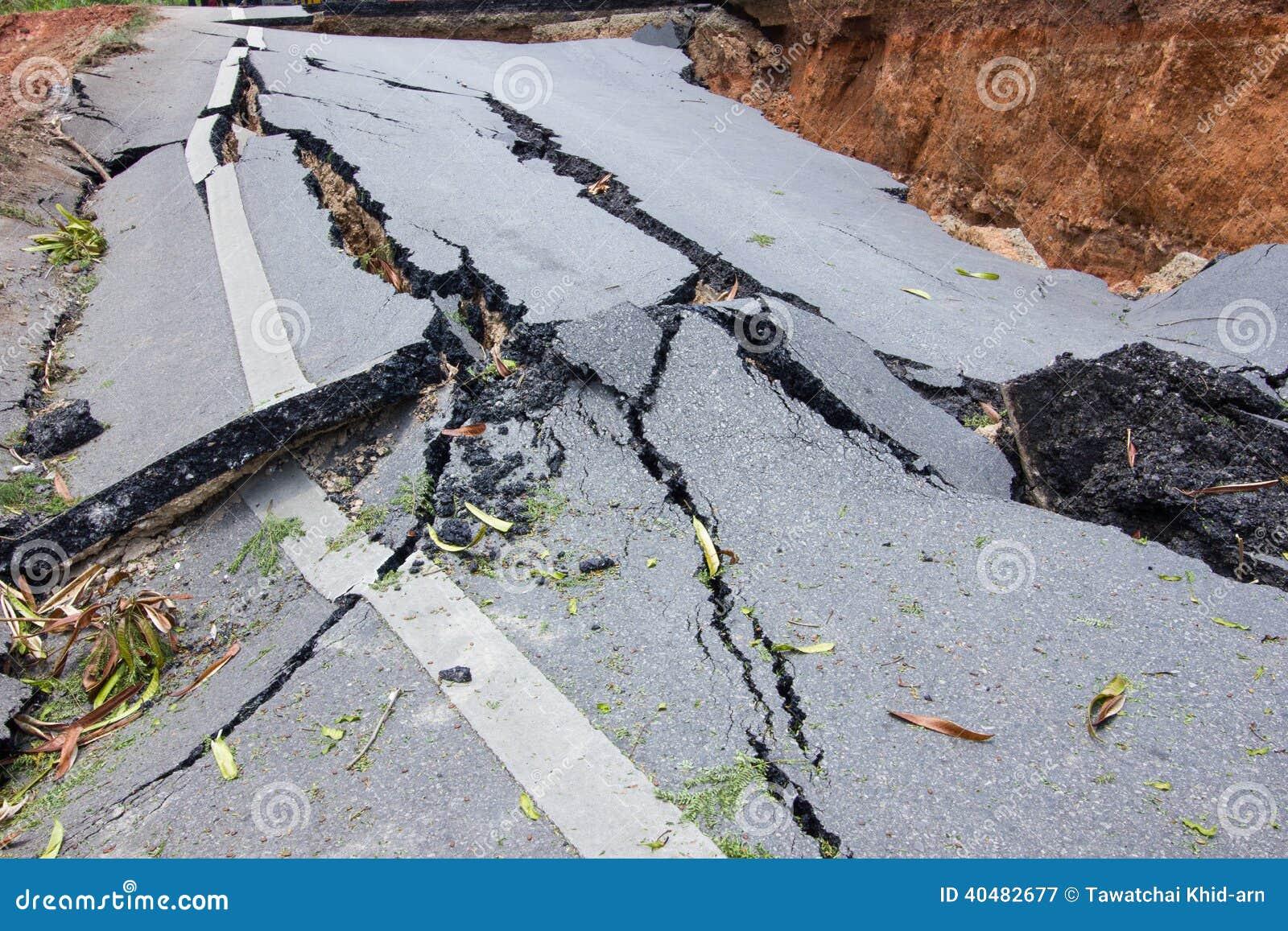 Strada rotta da un terremoto in Chiang Rai, Tailandia