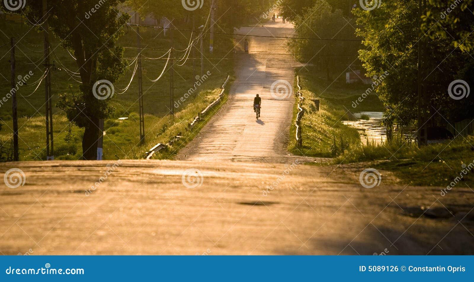 Strada rurale al tramonto