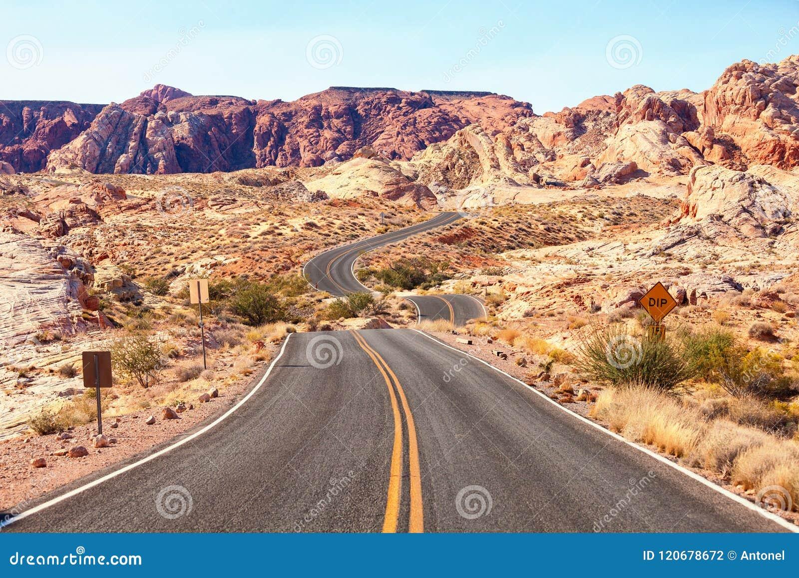 Strada scenica nella valle del parco di stato del fuoco, Nevada, Stati Uniti