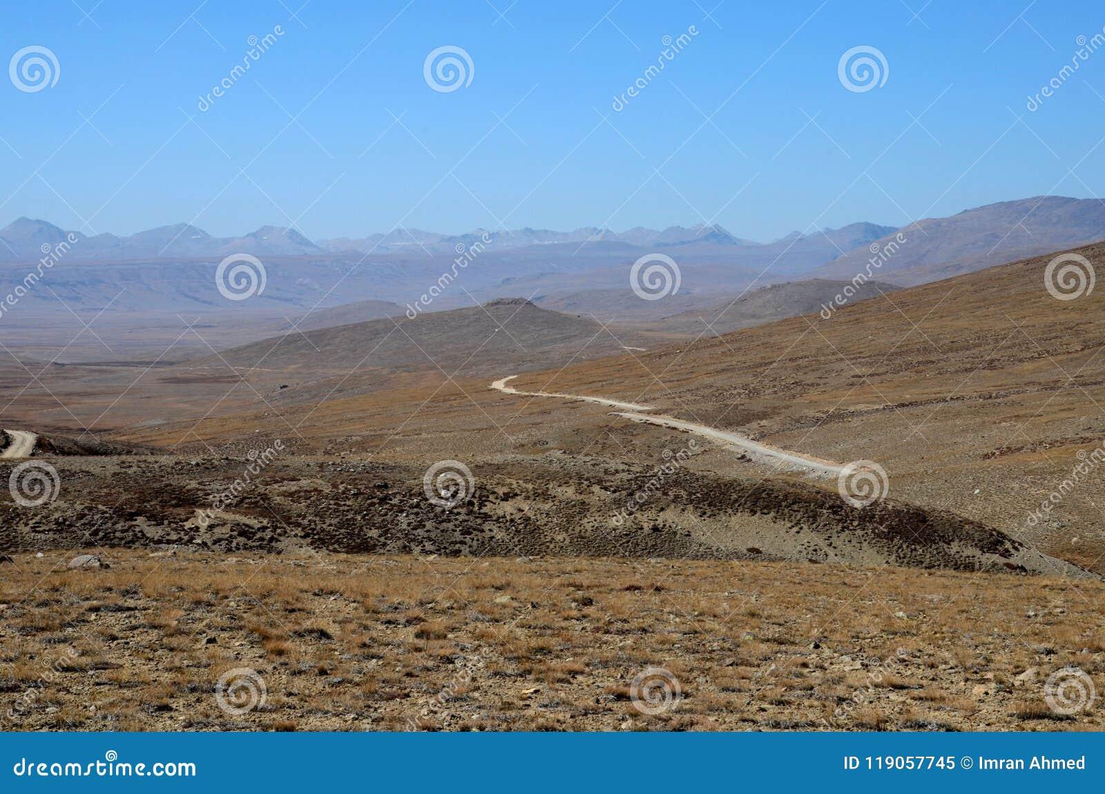 Strada verso il parco nazionale Skardu Gilgit-Baltistan Pakistan di Deosai di frontiera dell India