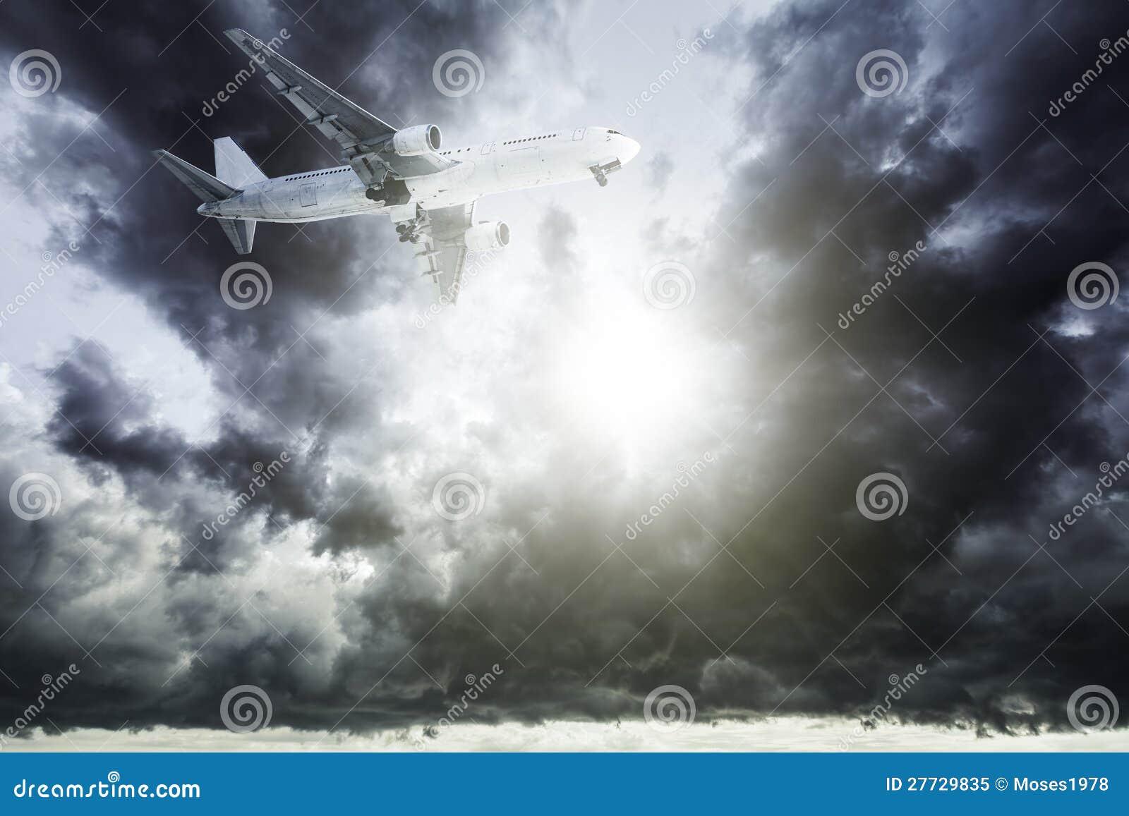 Strahl in einem stürmischen Himmel