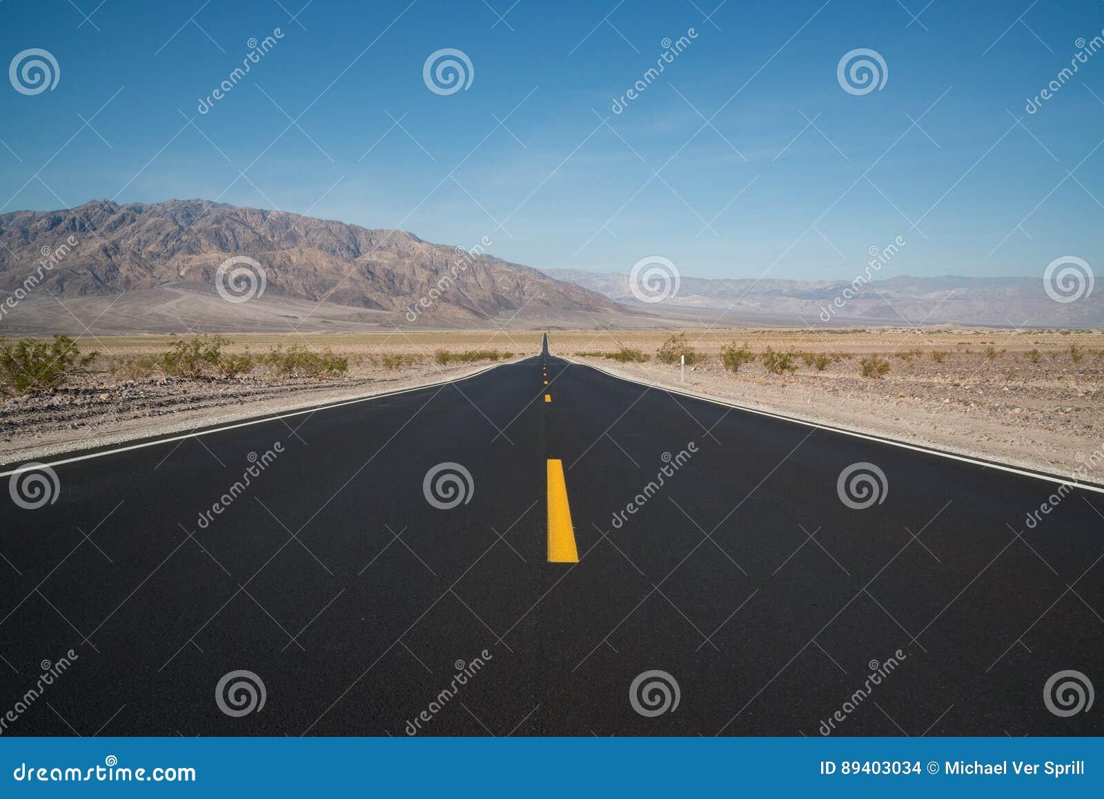 Straightaway longo no parque nacional de Vale da Morte