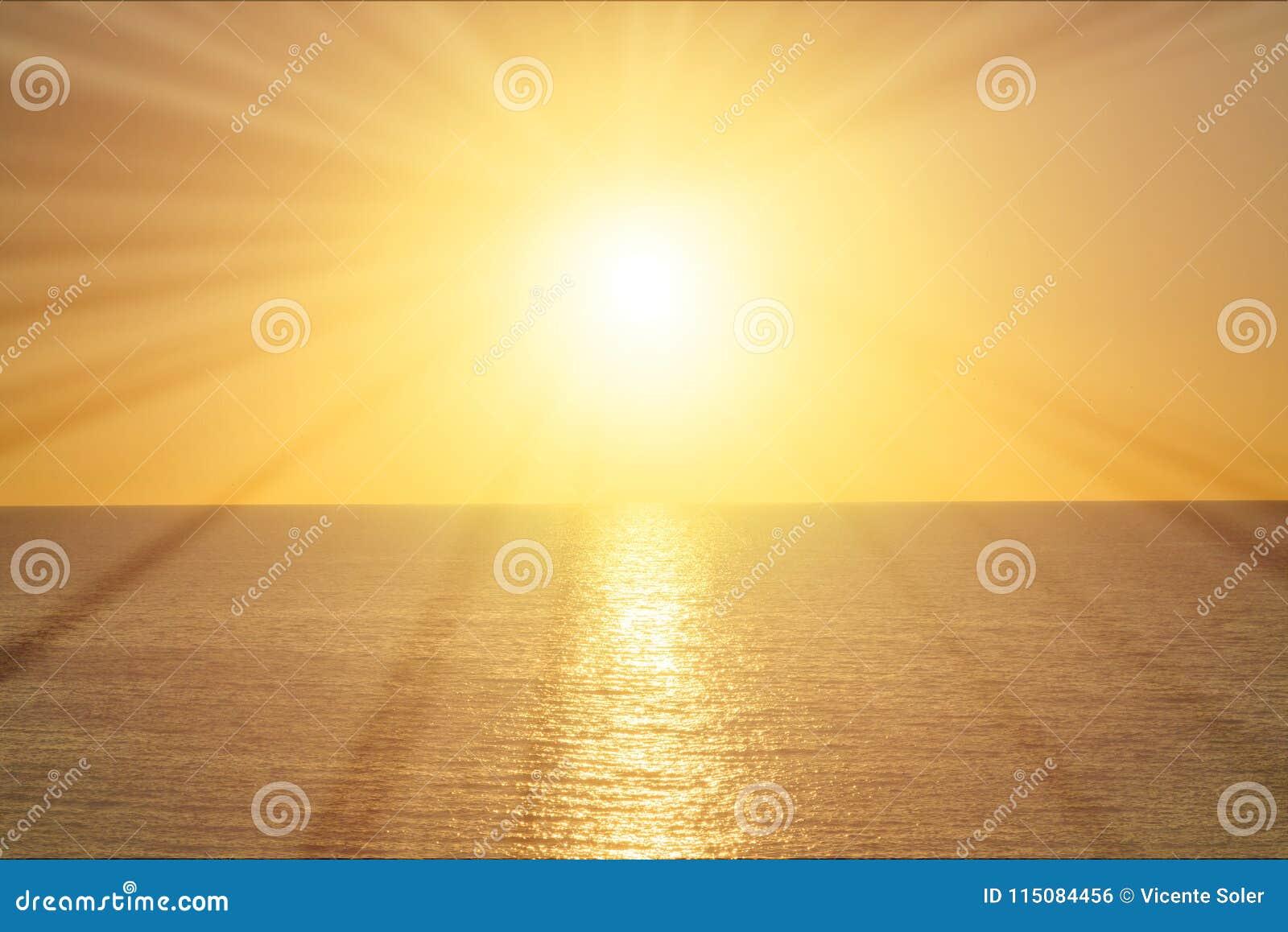 Stralen van de zon bij zonsopgang over het overzees