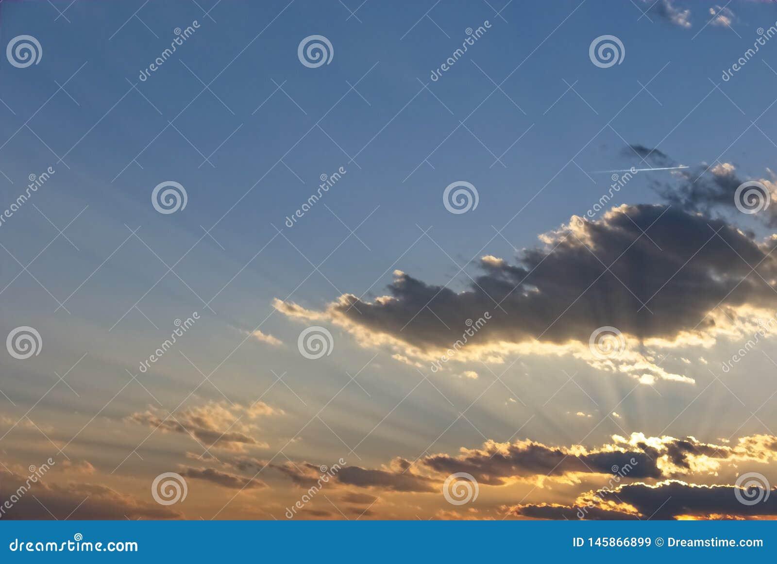 Stralen van licht over wolken
