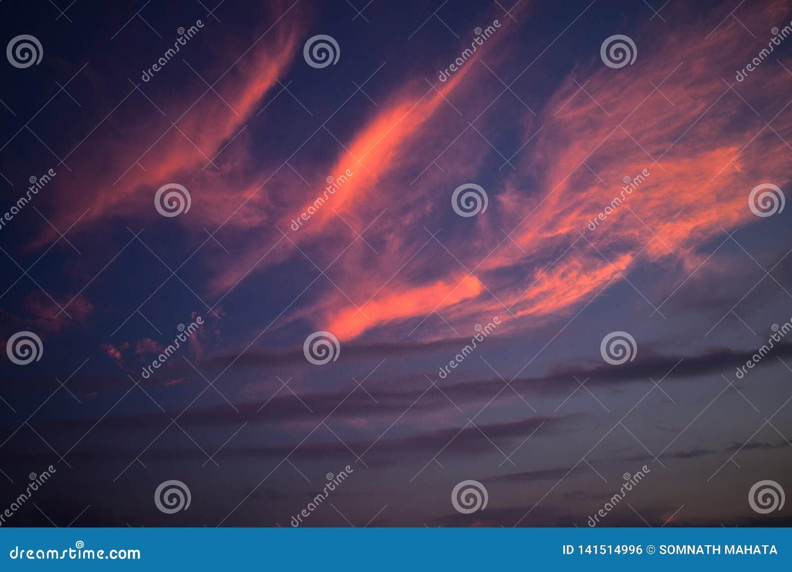 Stralen van zon na sunsets die wolken overdenken