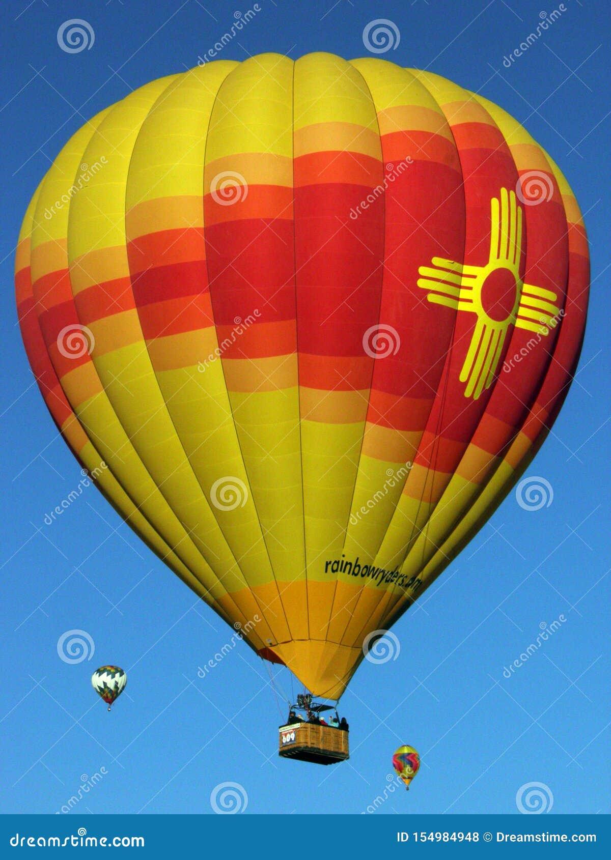 Stralende Zia-ballon die in de hemel bij de Internationale de Ballonfiesta van Albuquerque gloeit