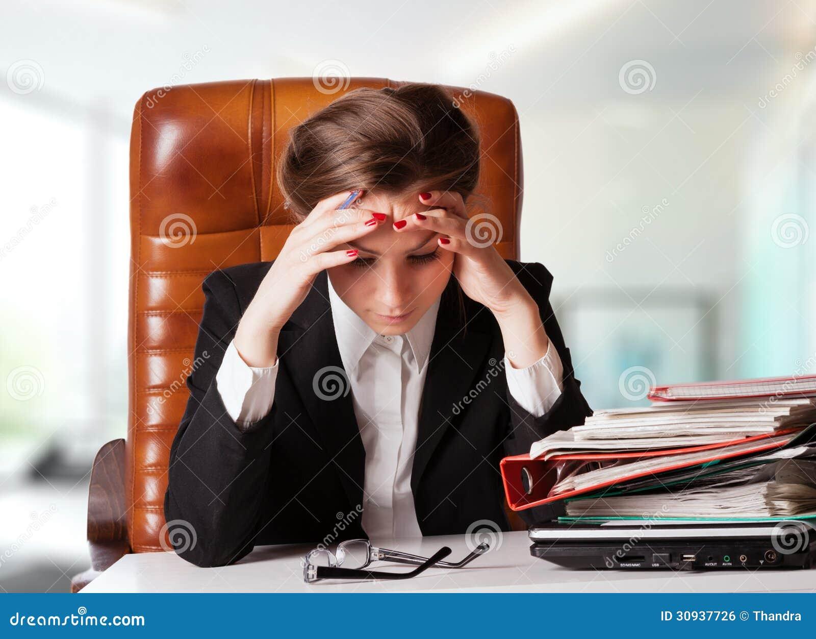 Stramad åt ung affärskvinna